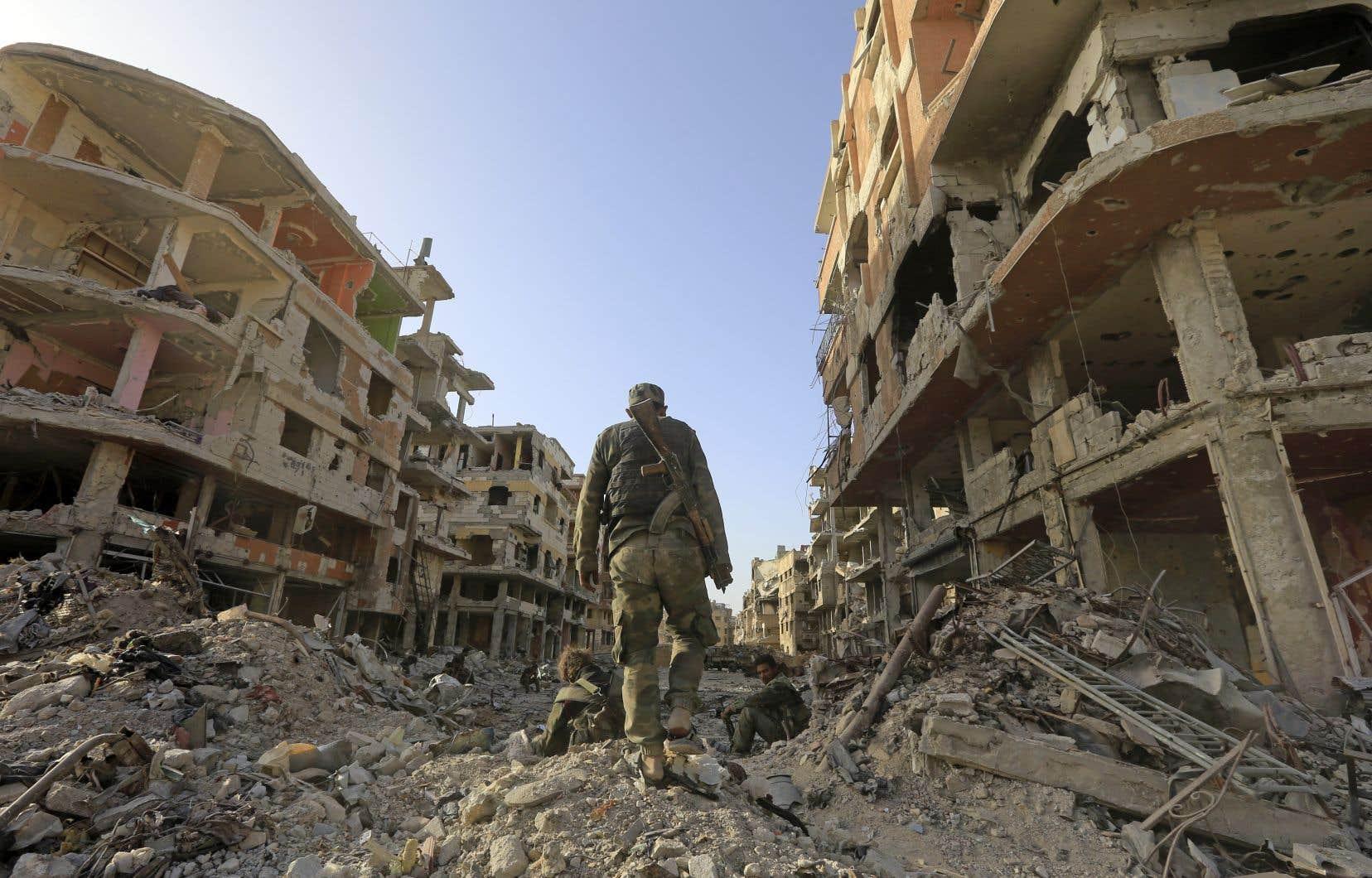 Des soldats du régime arpentaient une rue détruite à l'entrée du camp de réfugiés palestiniens de Yarmouk, en Syrie, lundi.