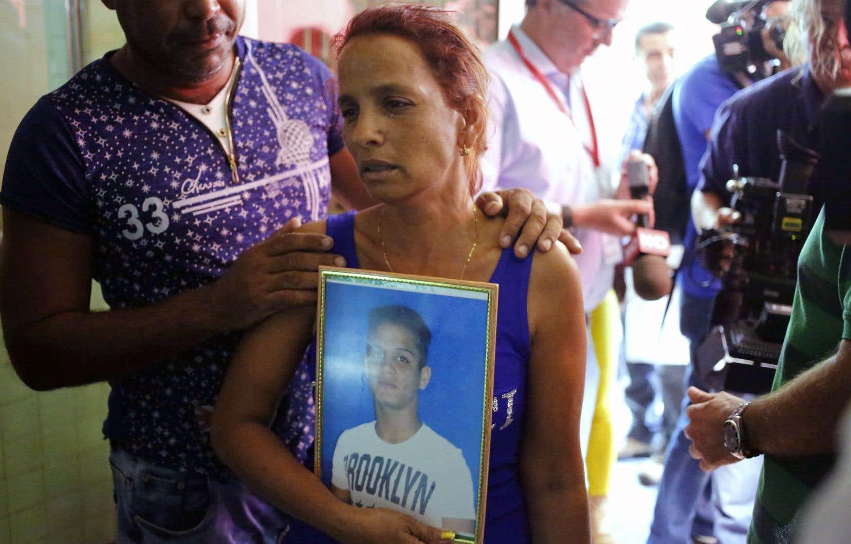 L'heure était à l'identification des corps des victimes, dimanche. Devant la morgue de La Havane, Maidi Charchabal tenait la photo de son fils, Daniel, 22 ans, tué dans l'écrasement, en attendant d'en savoir plus.