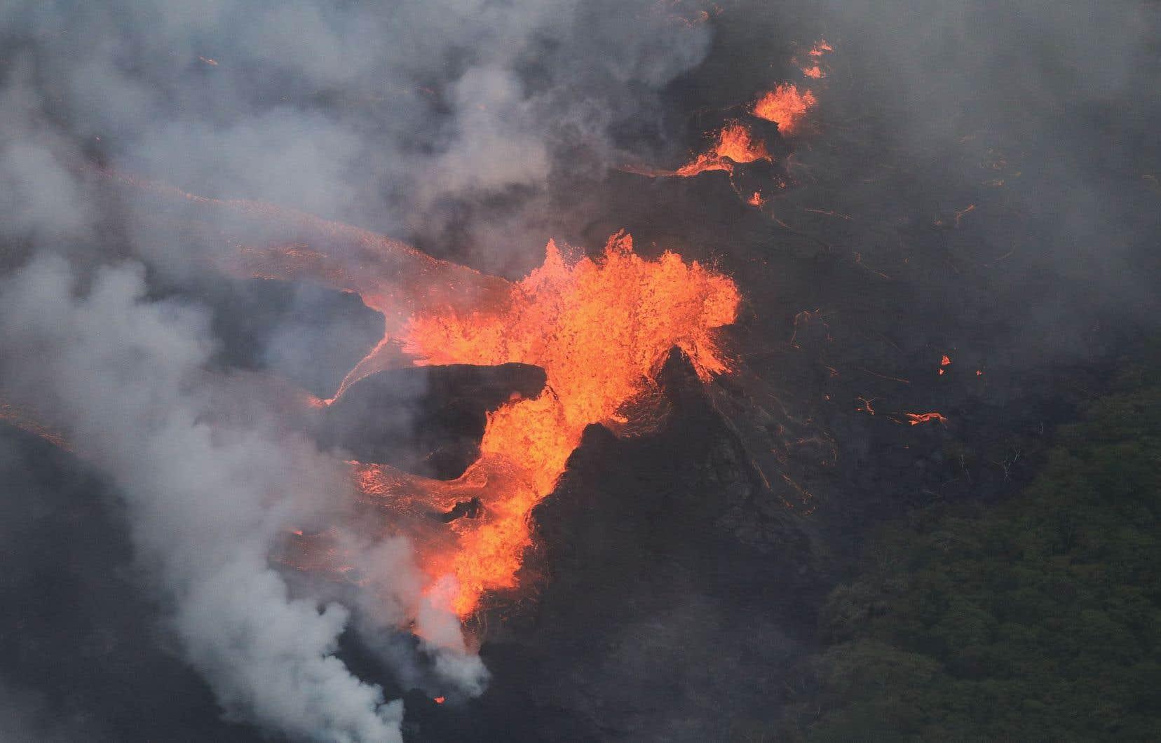Deux coulées de lave «ont atteint l'océan sur la côte sud-est de Puna» sur la Grande île d'Hawaï, selon un communiqué.