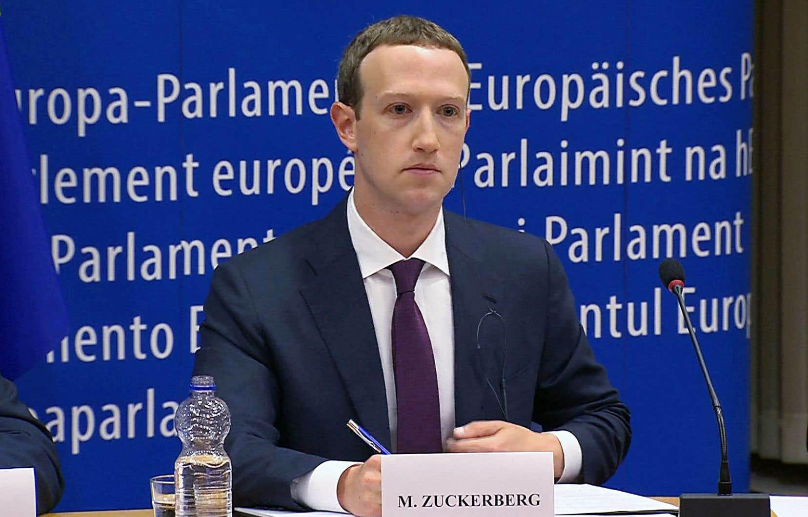 Costume sombre et cravate bordeaux, le patron de Facebook, Mark Zuckerberg, affichait un air grave lors de son audition devant les députés européens mardi.