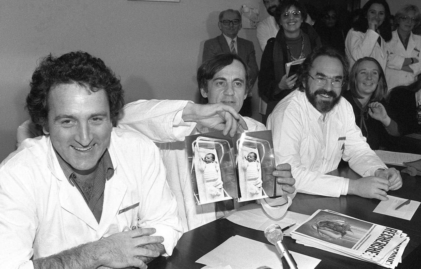 Le 24 février 1982, à l'hôpital Antoine-Béclère de Clamart, les médecins René Frydman, Jacques Testart et Emile Papiernik montrent des photos d'Amandine, le premier bébé-éprouvette français.