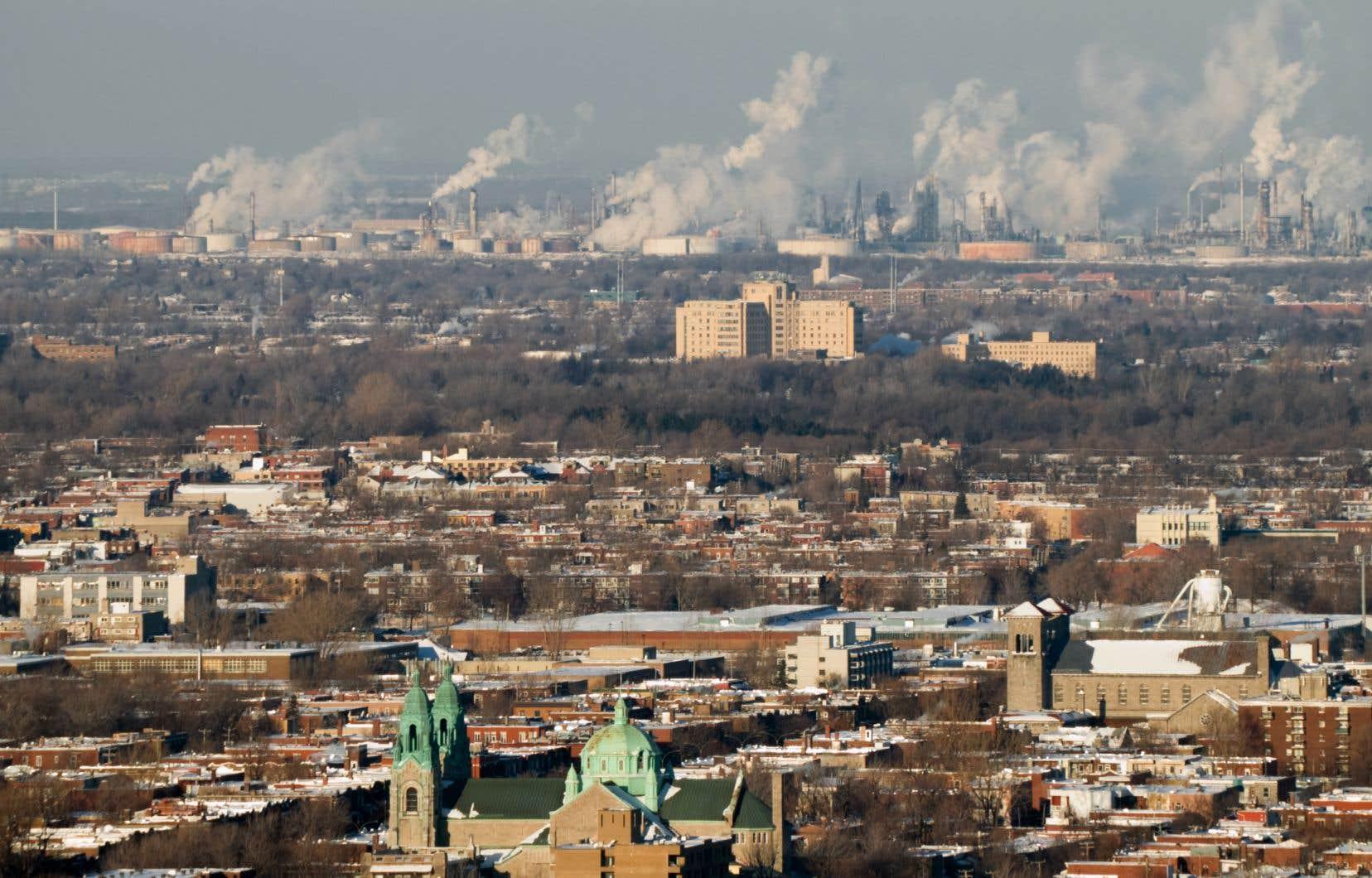 Le Québec s'est engagé à réduire ses émissions de gaz à effet de serre de 37,5% d'ici 2030, mais les efforts sur le terrain progressent trop lentement pour atteindre cette cible, estiment les auteurs.