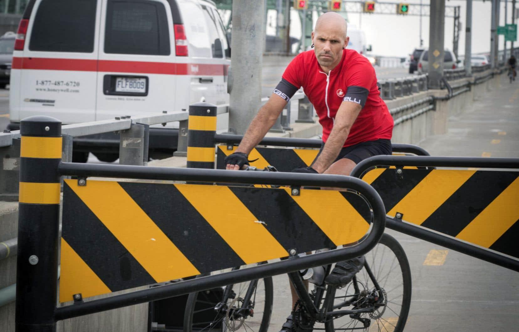 <p>Ce printemps, à la suite d'une étude commandée à une firme privée, la Société des ponts a remplacé ses habituels blocs de béton par des plaques de métal placées à la hauteur des guidons des vélos.</p>