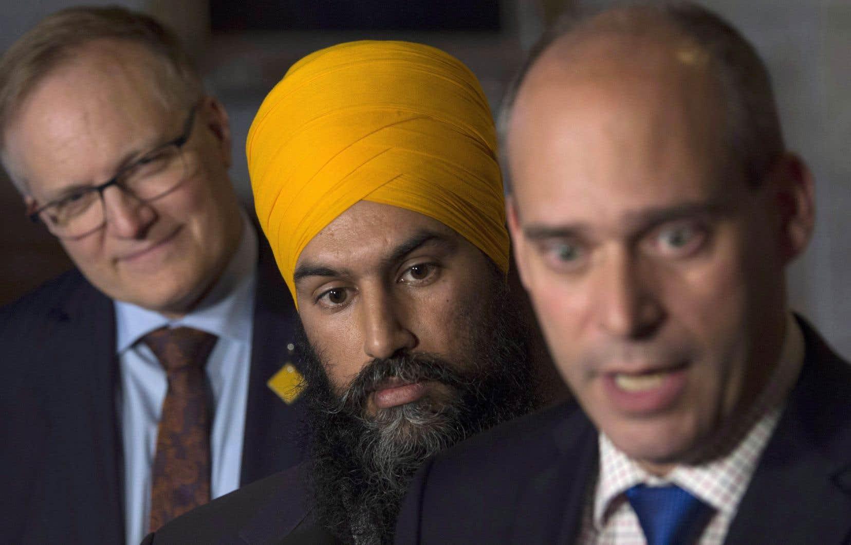 Le chef du Nouveau Parti démocratique, Jagmeet Singh, entouré de Guy Caron (au premier plan) et Peter Julian