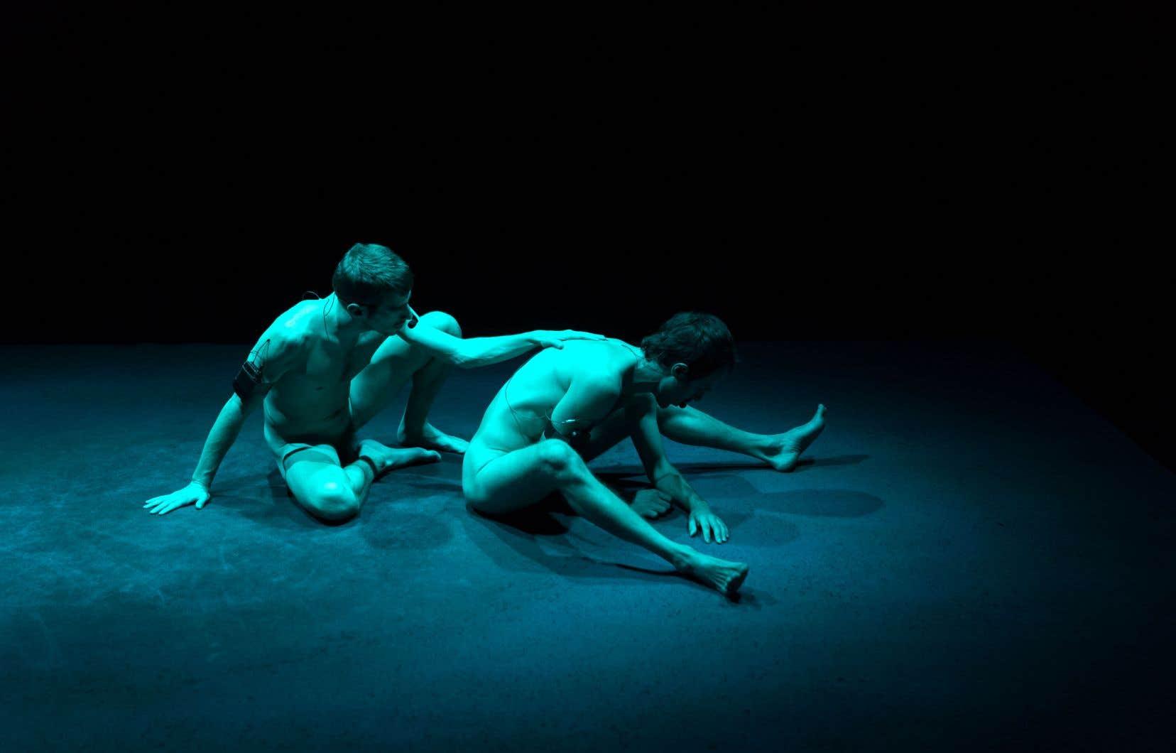 Au début de la pièce, le spectateur est visiteur. Les danseurs, nus, sont totalement exposés, en plein centre, alors que les gradins les entourent, disposés sur quatre côtés.