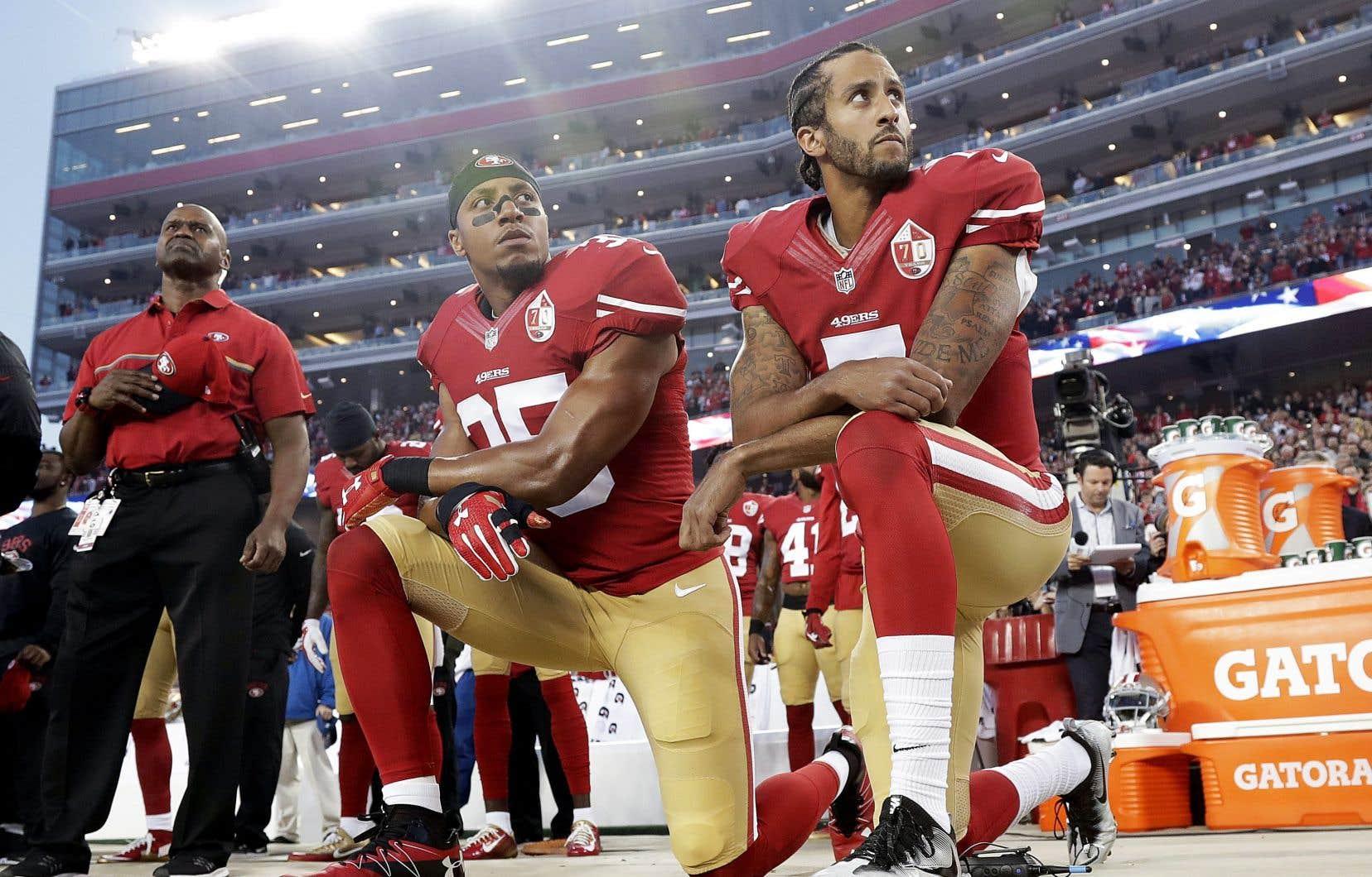 L'ancien quart des 49ers de San Francisco, Colin Kaepernick (à droite) et son coéquipier Eric Reid, en septembre 2016.