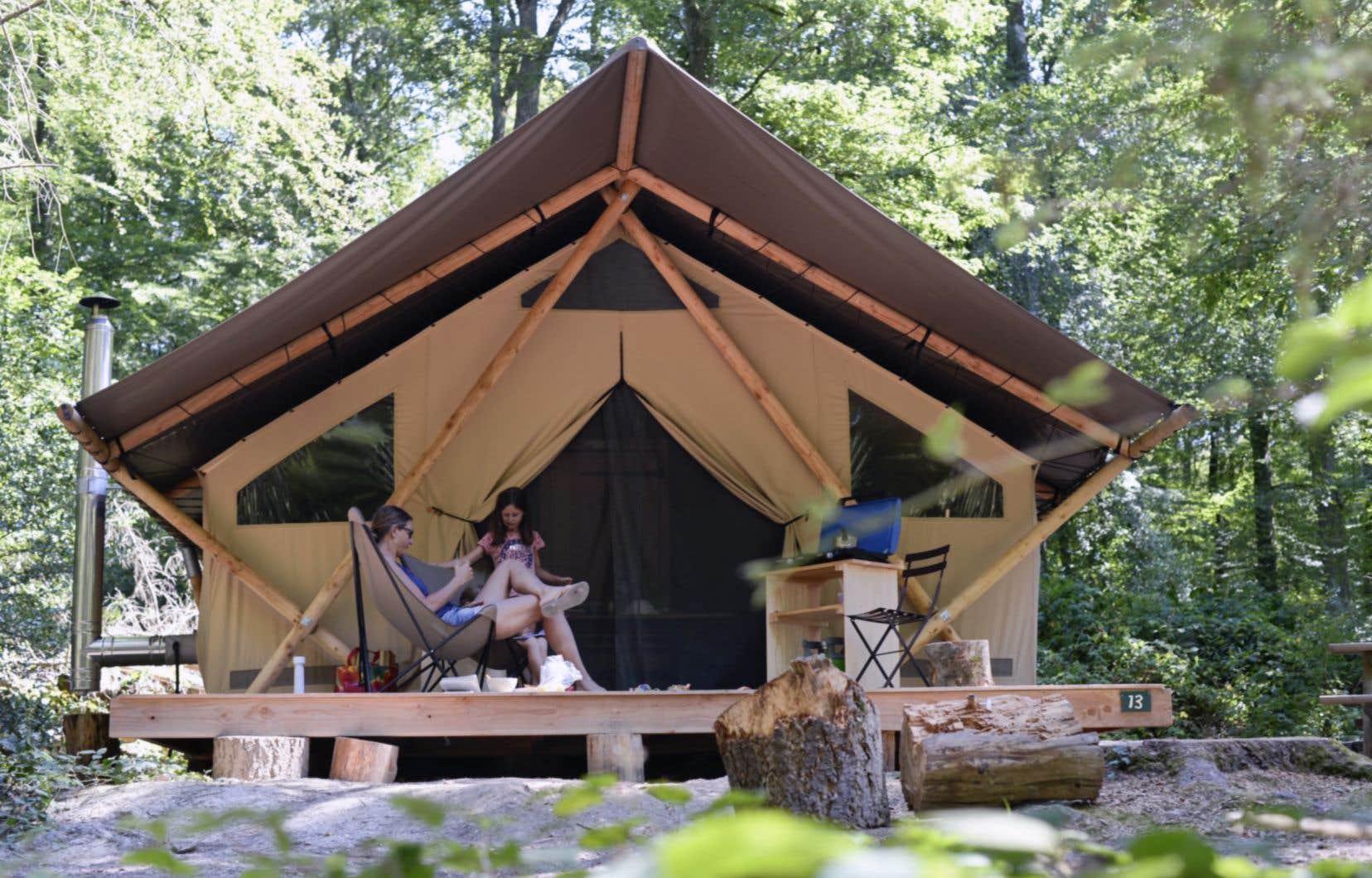 Le «glamping» s'étend de plus en plus dans la province avec le développement de concepts de prêt-à-camper dans les différents parcs.Ces petites cabanes sont généralement fabriquées en bois et en toile.