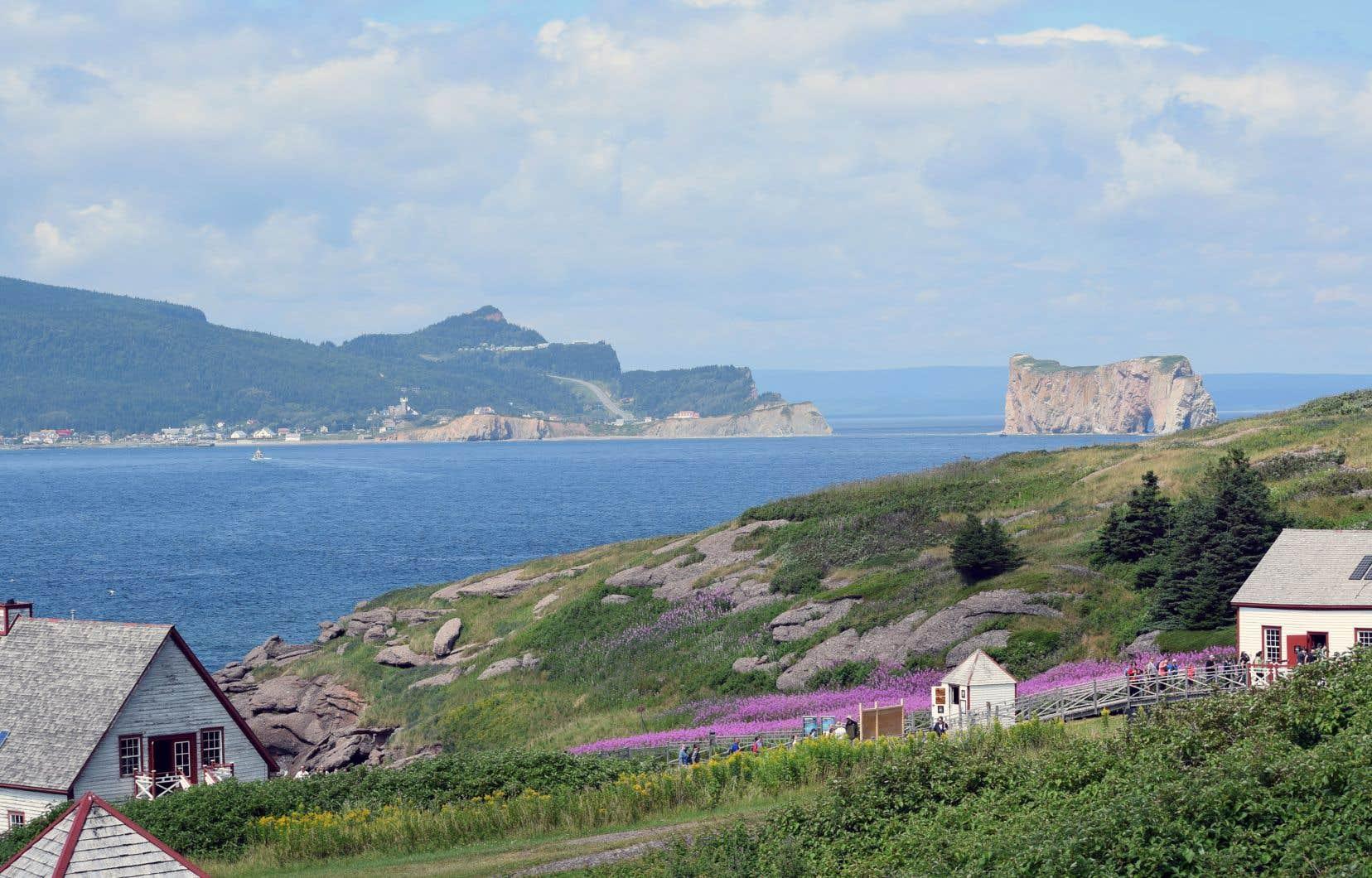 Tous les prétextes sont bons pour aller en Gaspésie, ne serait-ce que pour admirer le paysage de bord de mer à Percé.