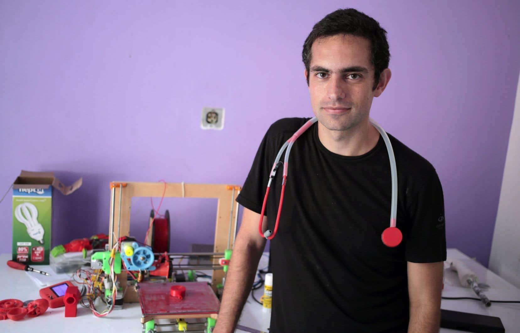 Le Dr Loubani en 2015 à Gaza. Spécialiste de l'impression 3D d'équipement médical, il porte à son cou un stéthoscope de sa fabrication. M. Loubani aurait été blessé par un tireur d'élite israélien.