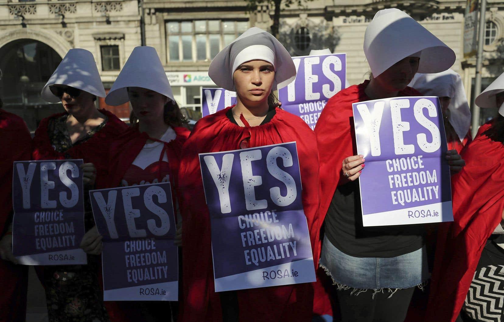 Des militants du «Oui» ont manifesté à Dublin mercredi déguisés en personnages de la série télé «La servante écarlate».