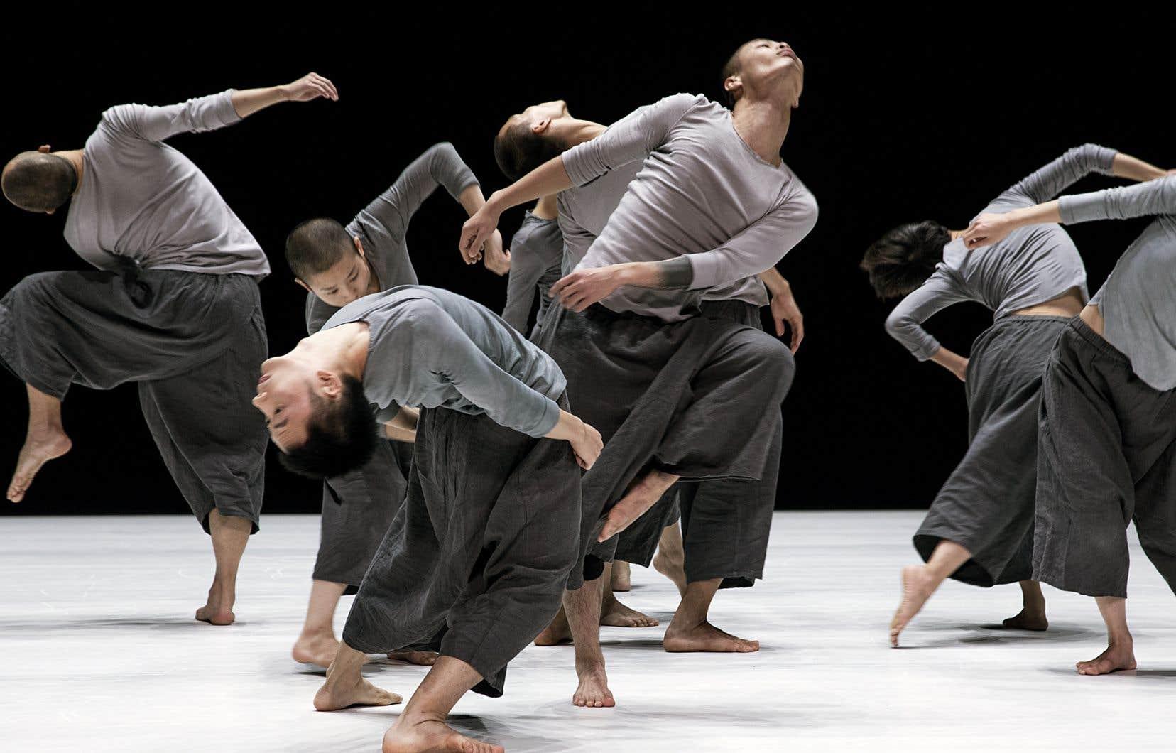 Dans «9», les trajectoires des danseurs—toujours circulaires—prennent de l'expansion, se déployant sur tous les plans en roues et roulades acrobatiques.