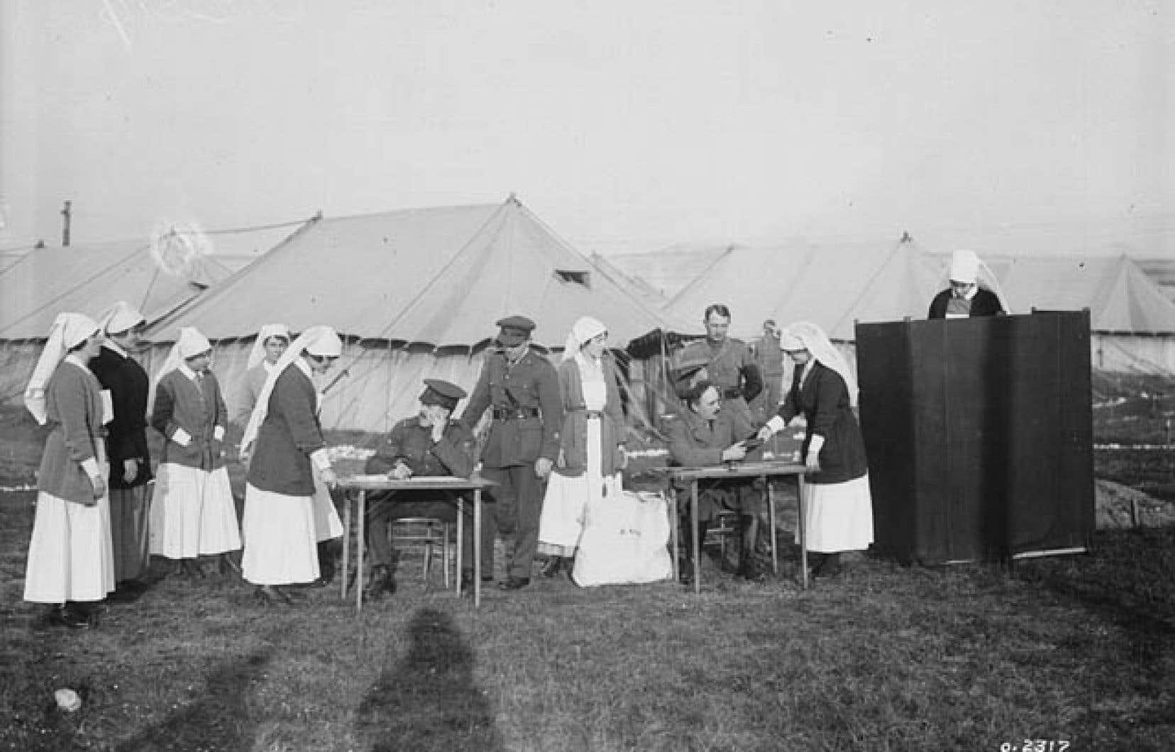 Des infirmières d'un hôpital militaire canadien situé en France votent pour la toute première fois aux élections fédérales, pendant la guerre, en décembre 1917.<br /> <br />