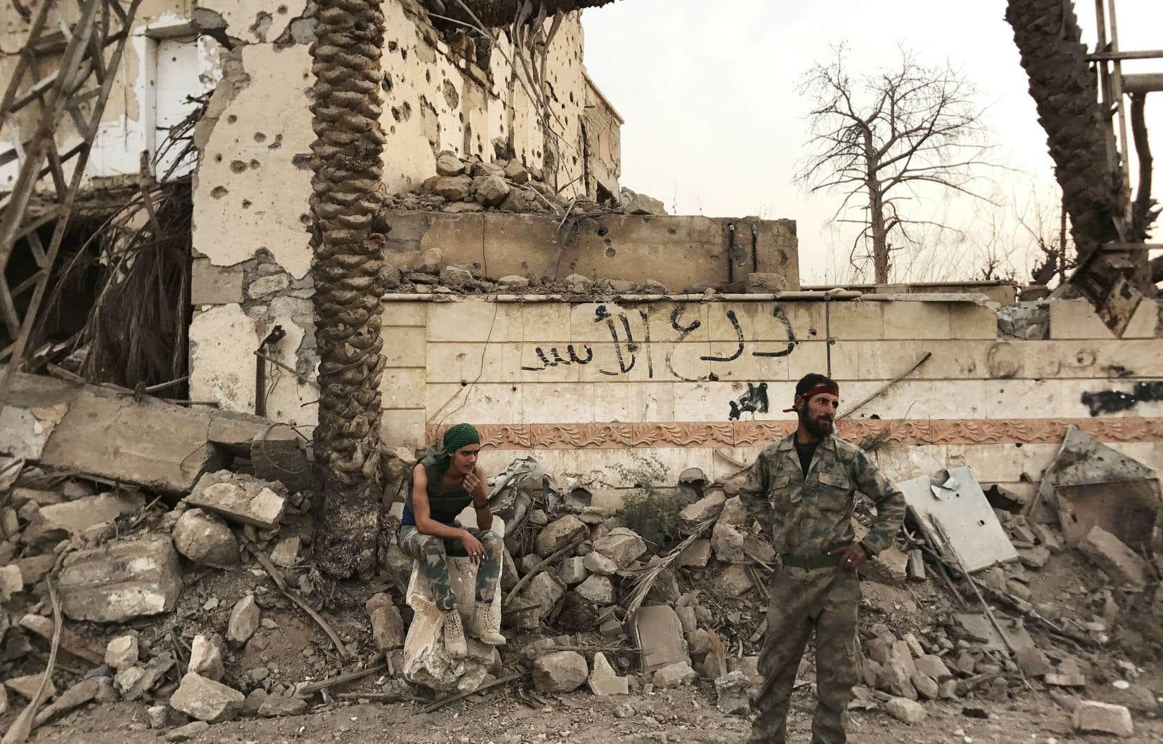 Un soldat du régime syrien monte la garde dans une ville du nord-est de la province de Deir Ezzor, non loin de la frontière irakienne.