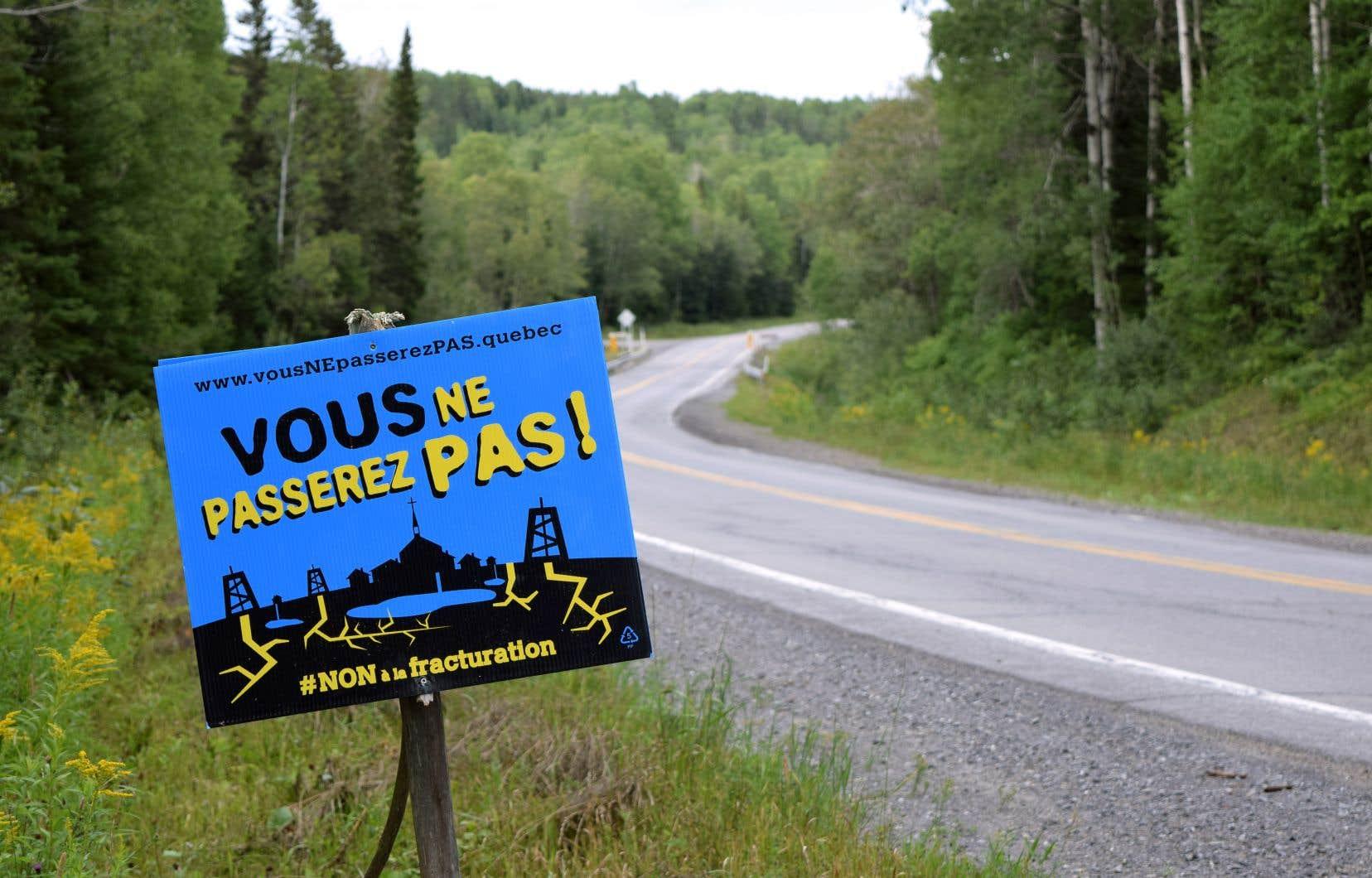 Les opposants considèrent que l'exploitation d'énergies fossiles va à l'encontre des objectifs de lutte contre les changements climatiques du Québec.
