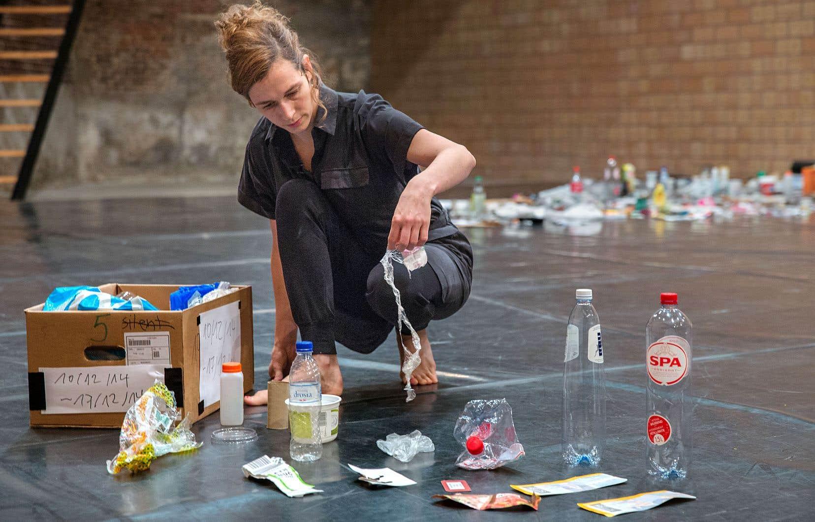 L'artiste belge Sarah Vanhee déballe sur scène l'opposé de ce que l'on considère généralement comme digne de valeur.