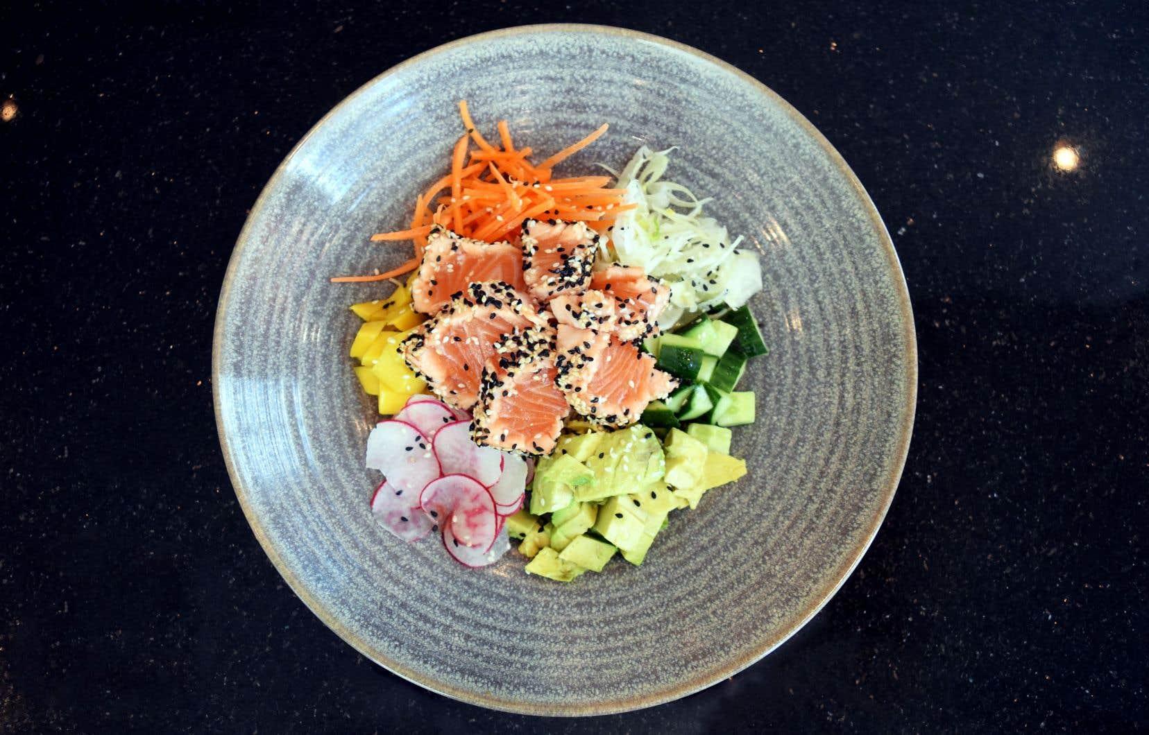 Ajouter tous les légumes, la vinaigrette citron et les tranches de tataki de saumon.
