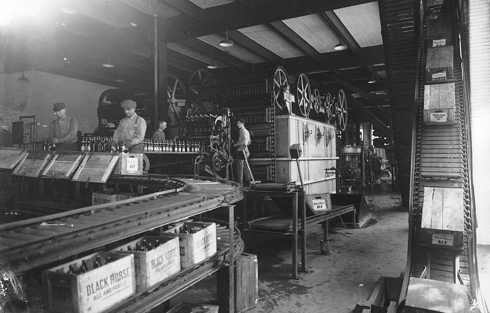 Une chaîne de production à la brasserie Dawes, Lachine, vers 1920