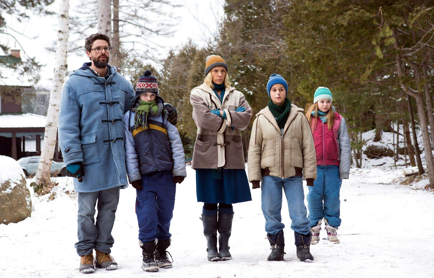 Matthew Goode et Toni Collette se fondent aisément dans ce monde construit.