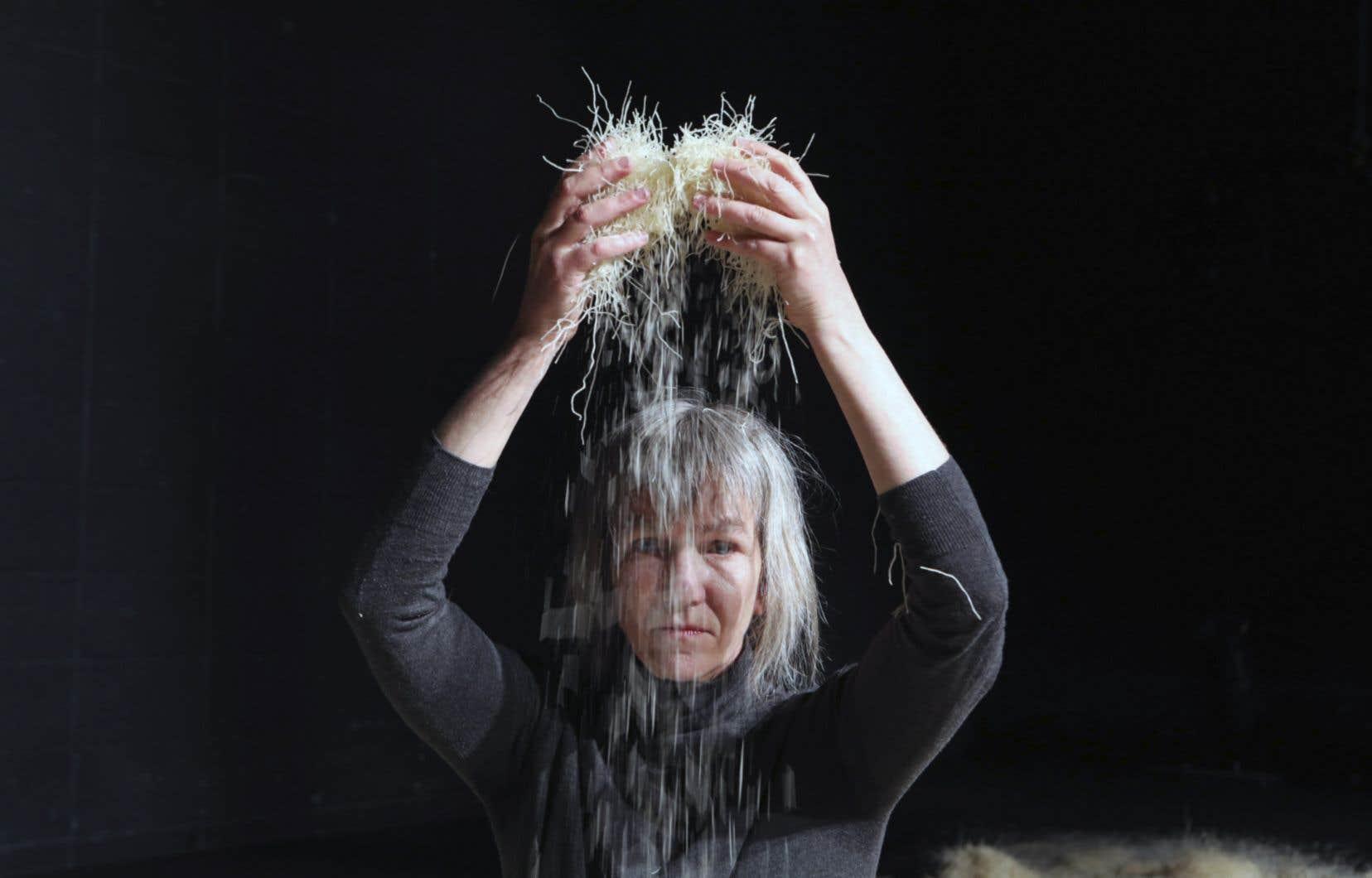 Seule parmi un désert de nouilles de riz dans l'œuvre «Bleu» de Jean-Sébastien Lourdais, la danseuse Sophie Corriveau plonge en elle-même en composant à partir du contact avec cette matière a priori terre à terre.