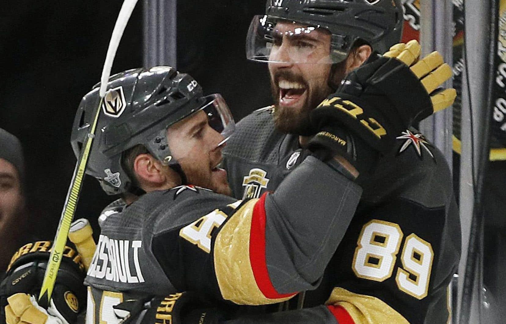 Jonathan Marchessault félicite son coéqupier Alex Tuch dans un match contre San Jose. Le joueur québécois a été acquis des Panthers de la Floride en échange de rien du tout.