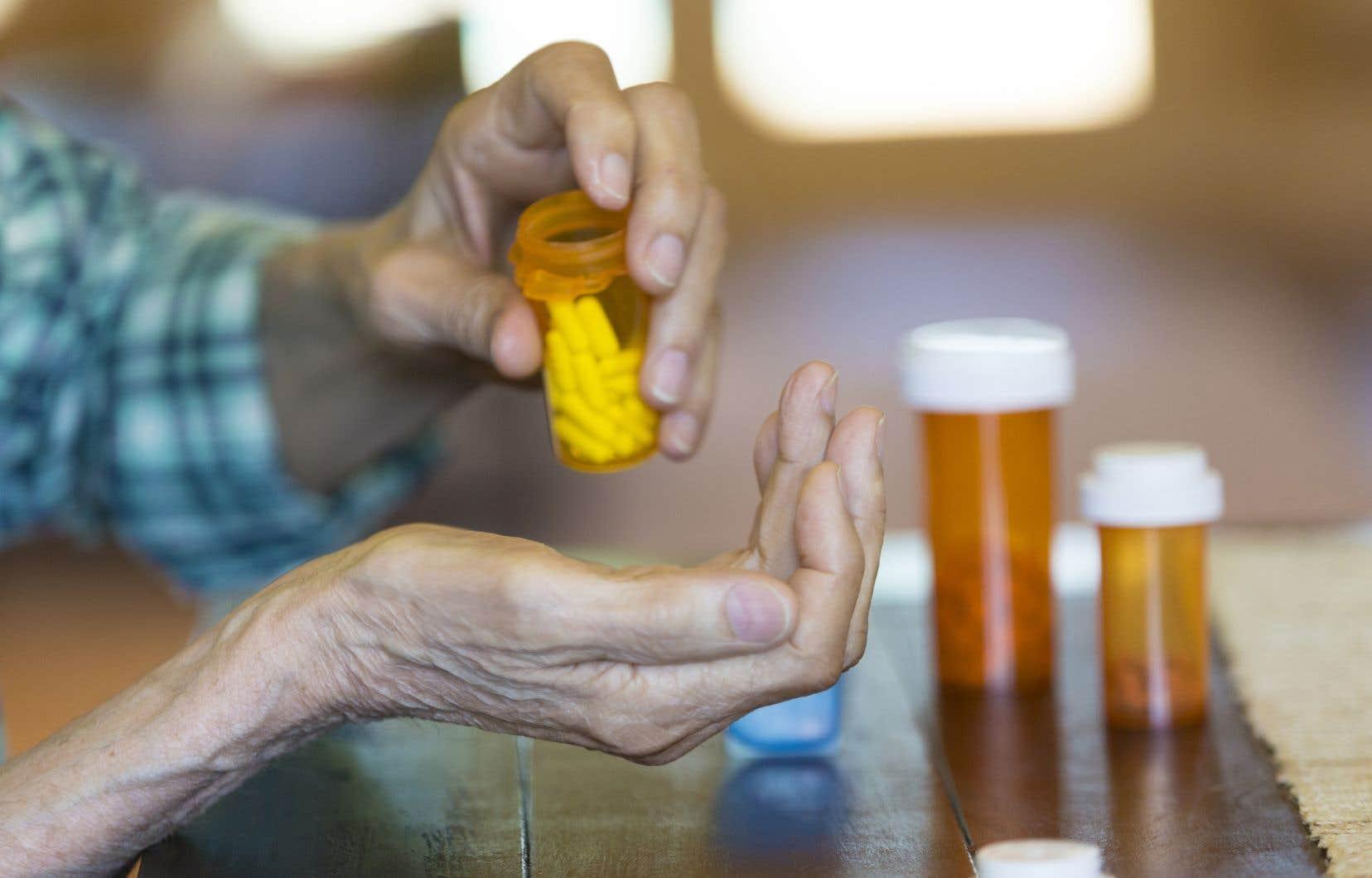 Les personnes âgées meurent à cause des médicaments qu'elles prennent en trop grand nombre, déplore l'auteur.