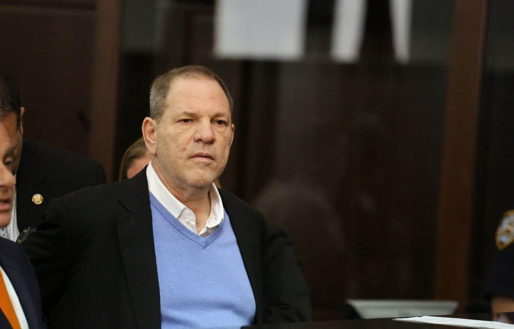 Le producteur de cinéma déchu Harvey Weinstein a été inculpé vendredi à New York pour un viol commis en 2013 et une fellation forcée en 2004, une première saluée par plusieurs figures de proue du mouvement #MeToo.