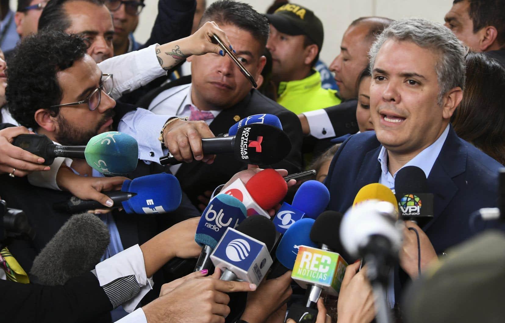 Ivan Duque, dauphin de l'ex-président Alvaro Uribe, a recueilli 39,11% des voix, suivi par Gustavo Petro, ex-guérillero du M-19 dissout, avec 25,10%.