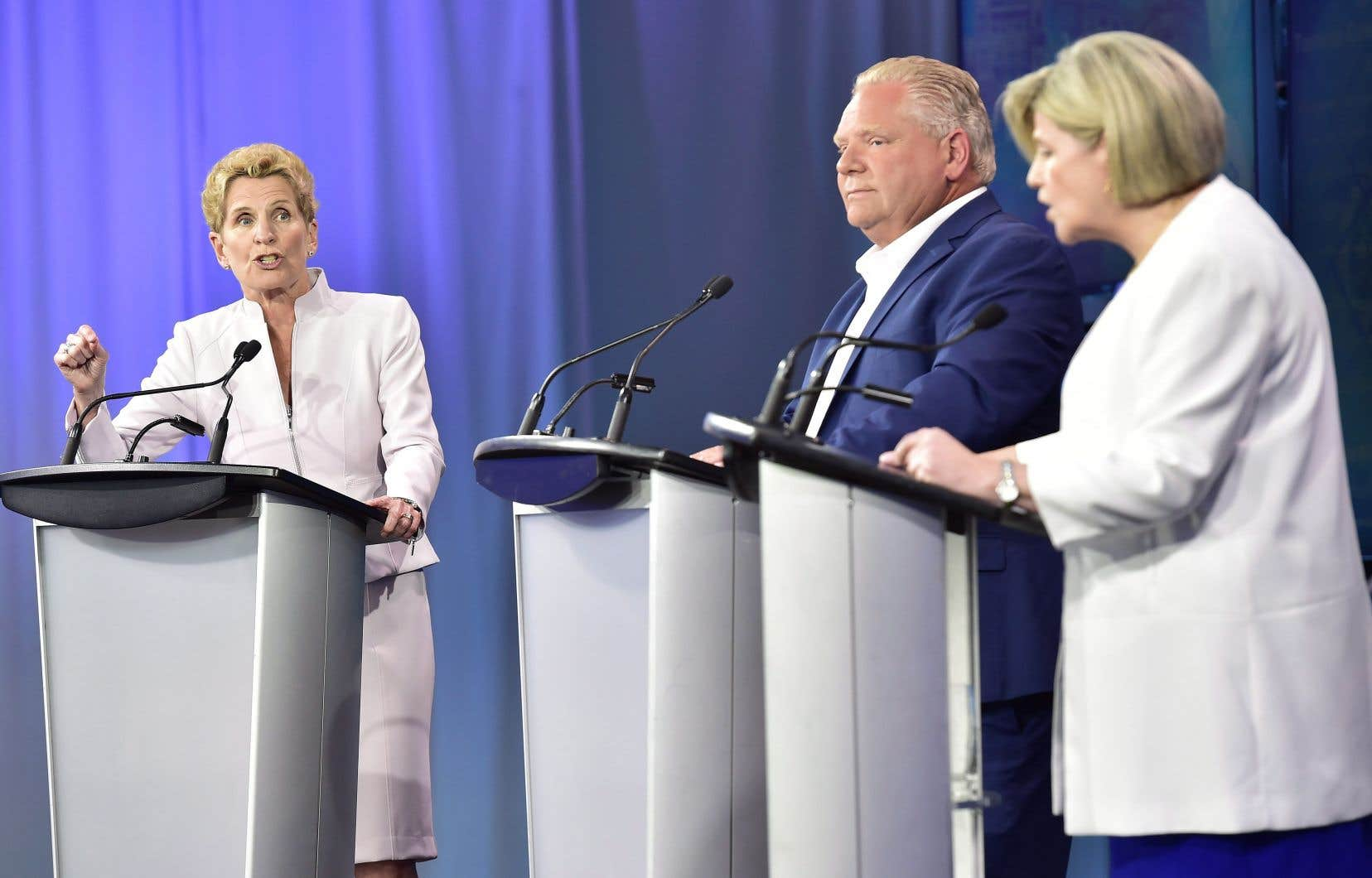 La chef libérale ontarienne, Kathleen Wynne, le chef du Parti progressiste-conservateur, Doug Ford, et la chef du NPD, Andrea Horwath, lors du troisième et dernier débat télévisé de la campagne électorale provinciale en Ontario