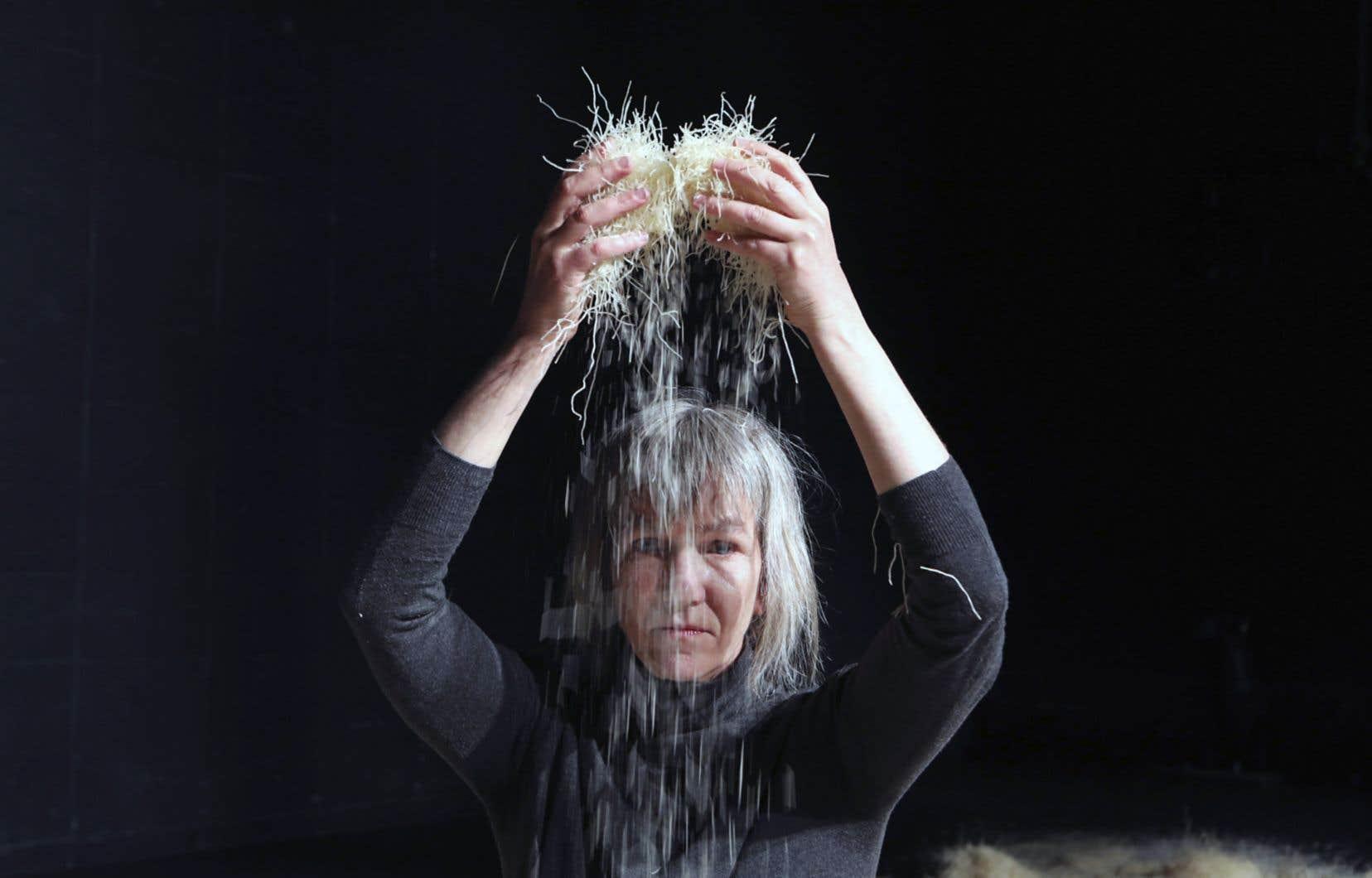 En utilisant la nouille comme matière première, la danseuse Sophie Corriveau réussit à nous faire oublier sa fonction d'origine.