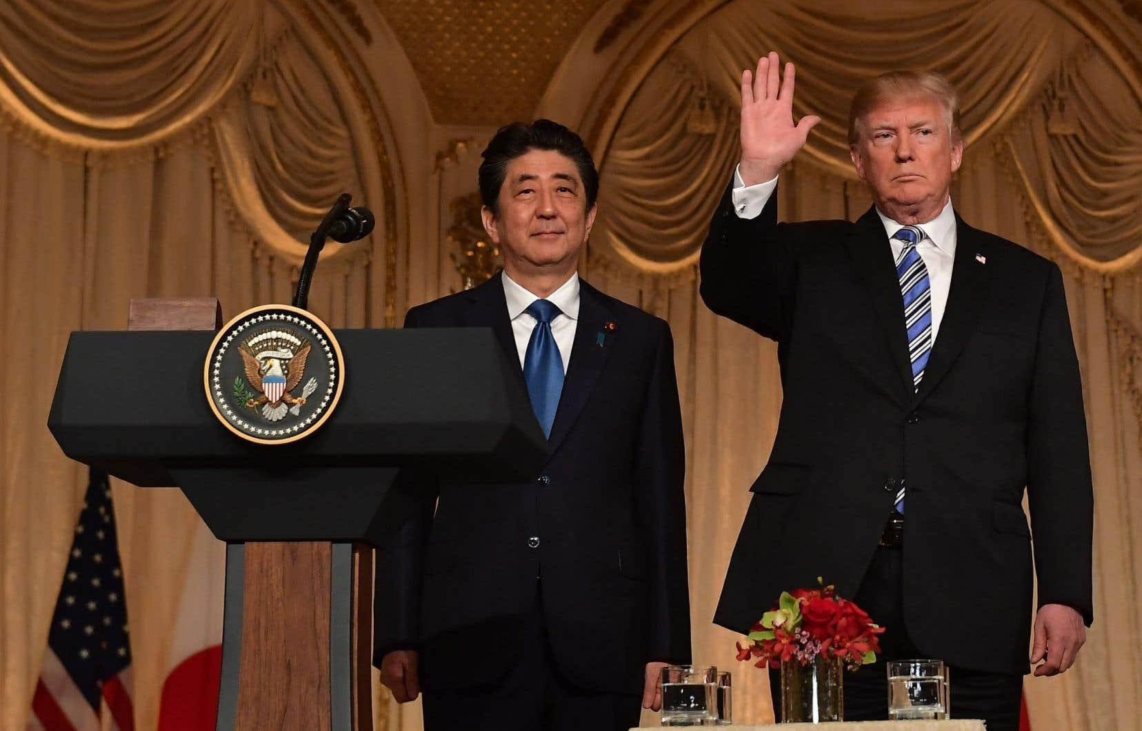 Le premier ministre japonais, Shinzo Abe, avec le président américain, Donald Trump, à la fin d'une conférence de presse conjointe au domaine Mar-a-Lago à Palm Beach, en Floride, le 18 avril 2018