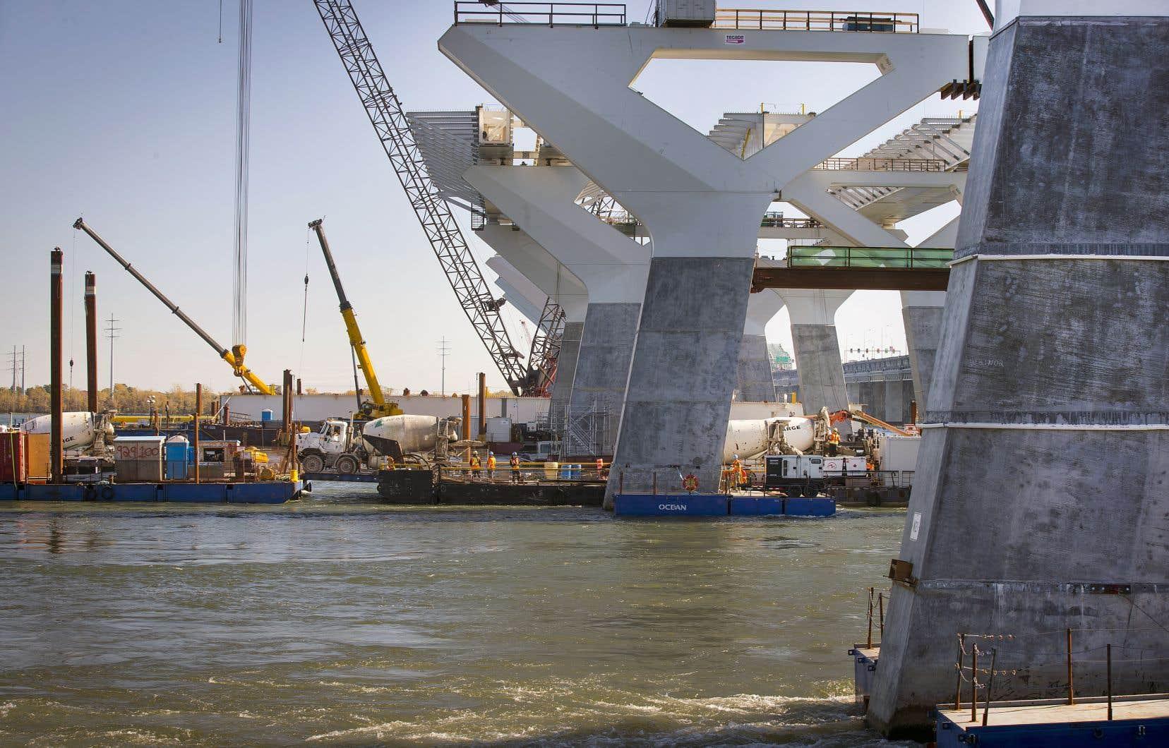 Ottawa paie le consortium privé Signature sur le Saint-Laurent pour la construction et l'entretien du pont durant trente ans.