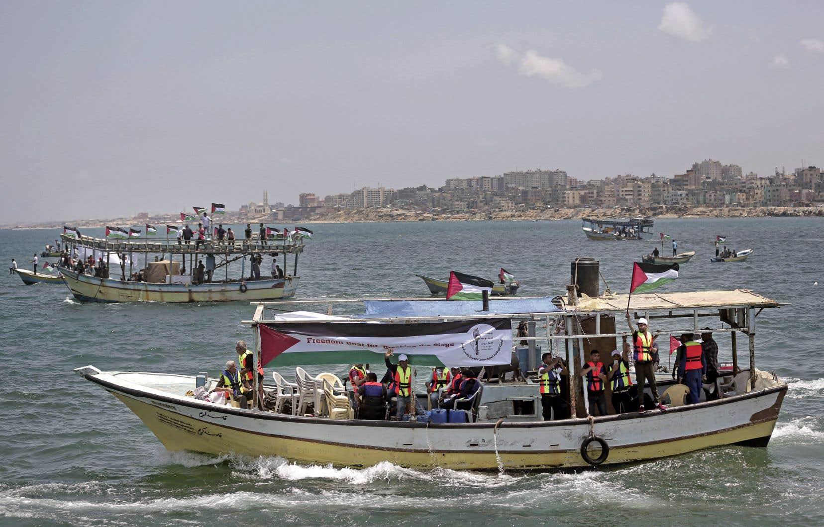 Mardi, des bateaux de pêche palestiniens ont quitté le port de Gaza et ont défié le blocus naval israélien et égyptien, emmenant en mer une vingtaine de personnes, dont des malades et des étudiants, incapables de traverser la frontière terrestre.