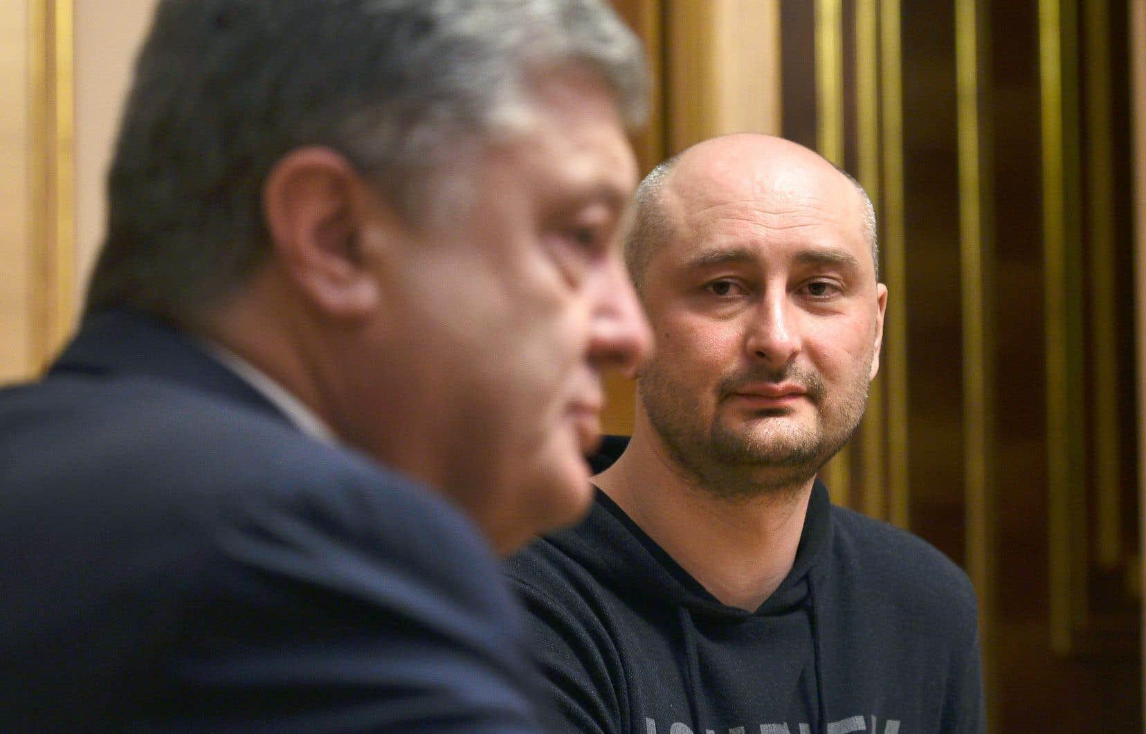 Le journaliste Arkadi Babtchenko en compagnie du président de l'Ukraine, Petro Porochenko