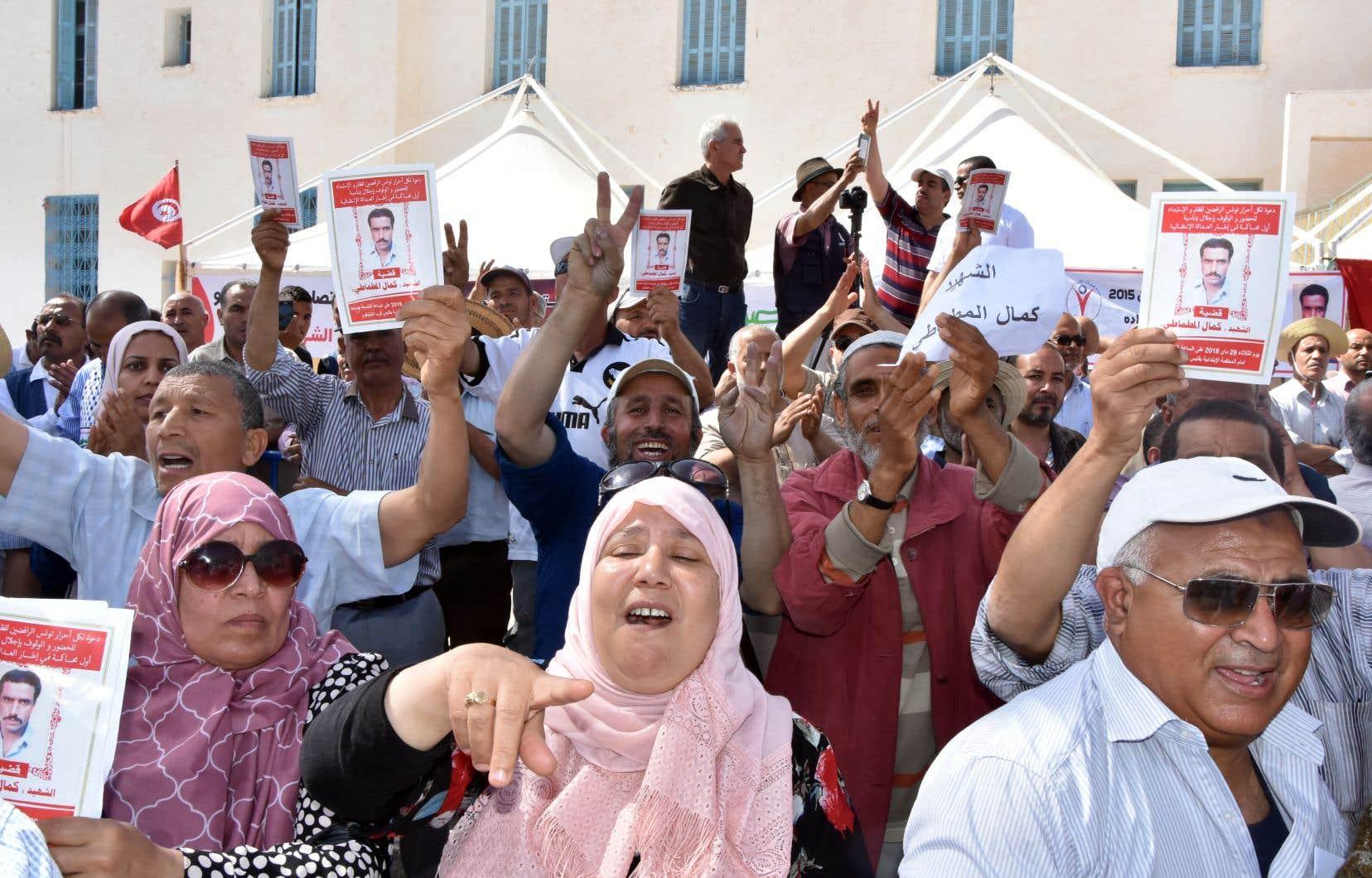 Des manifestants ont brandi des portraits de l'opposant Kamel Matmati, qui a succombé sous la torture en octobre 1991, devant le tribunal de Gabès, mardi.