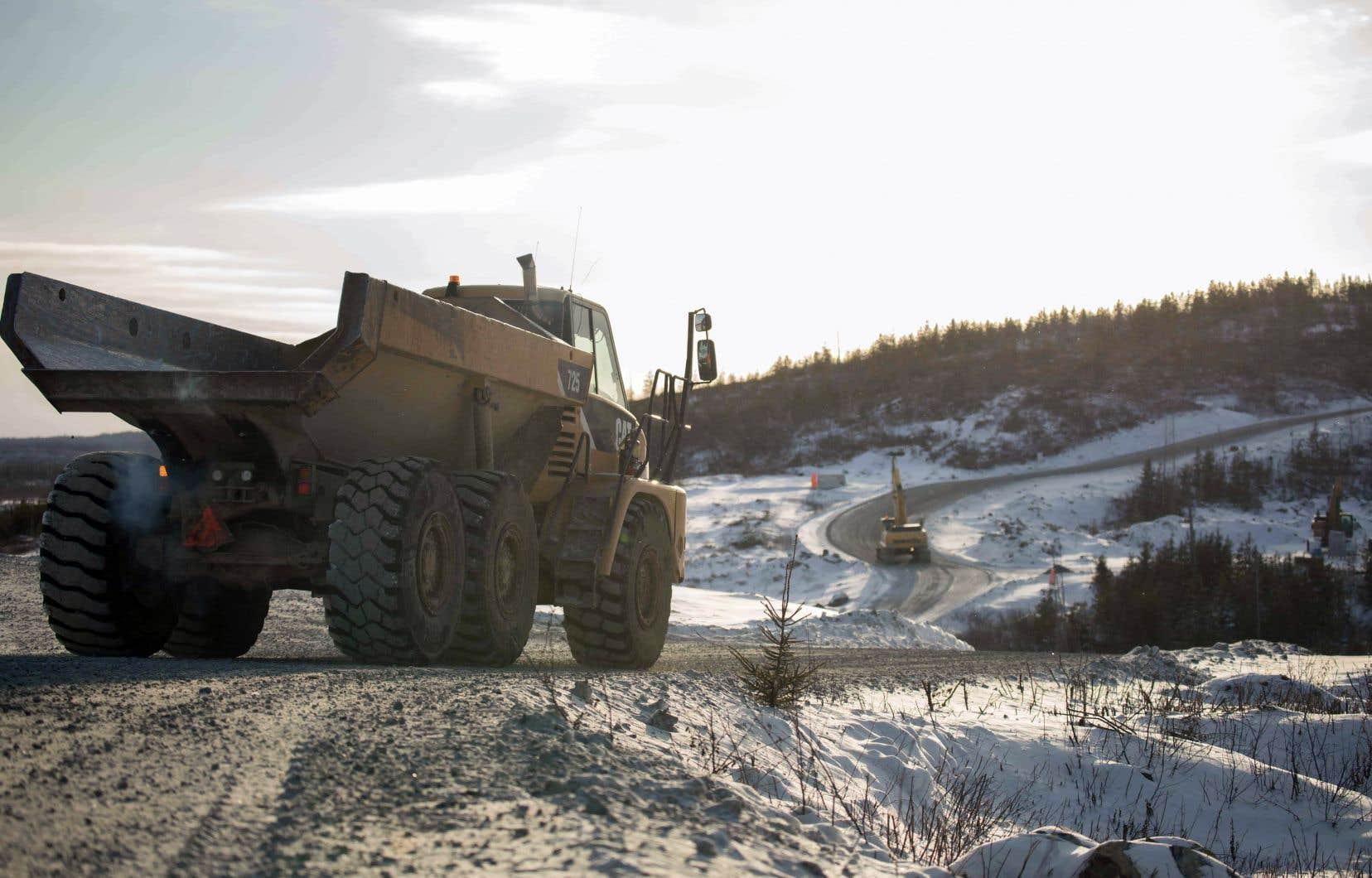 La mine devrait entrer en service dans quinze mois, tandis que l'usine devrait être opérationnelle dans environ deux ans.