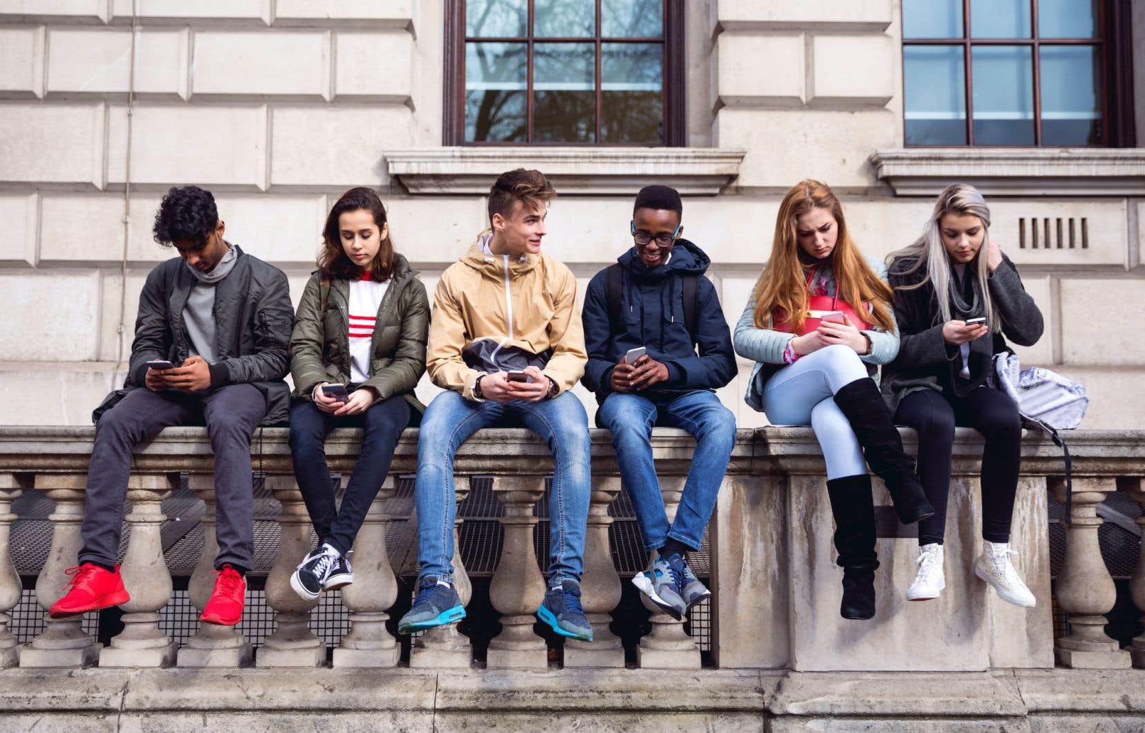 95% des adolescents sondés indiquent utiliser un téléphone intelligent et 45% disent être en ligne «presque en permanence».