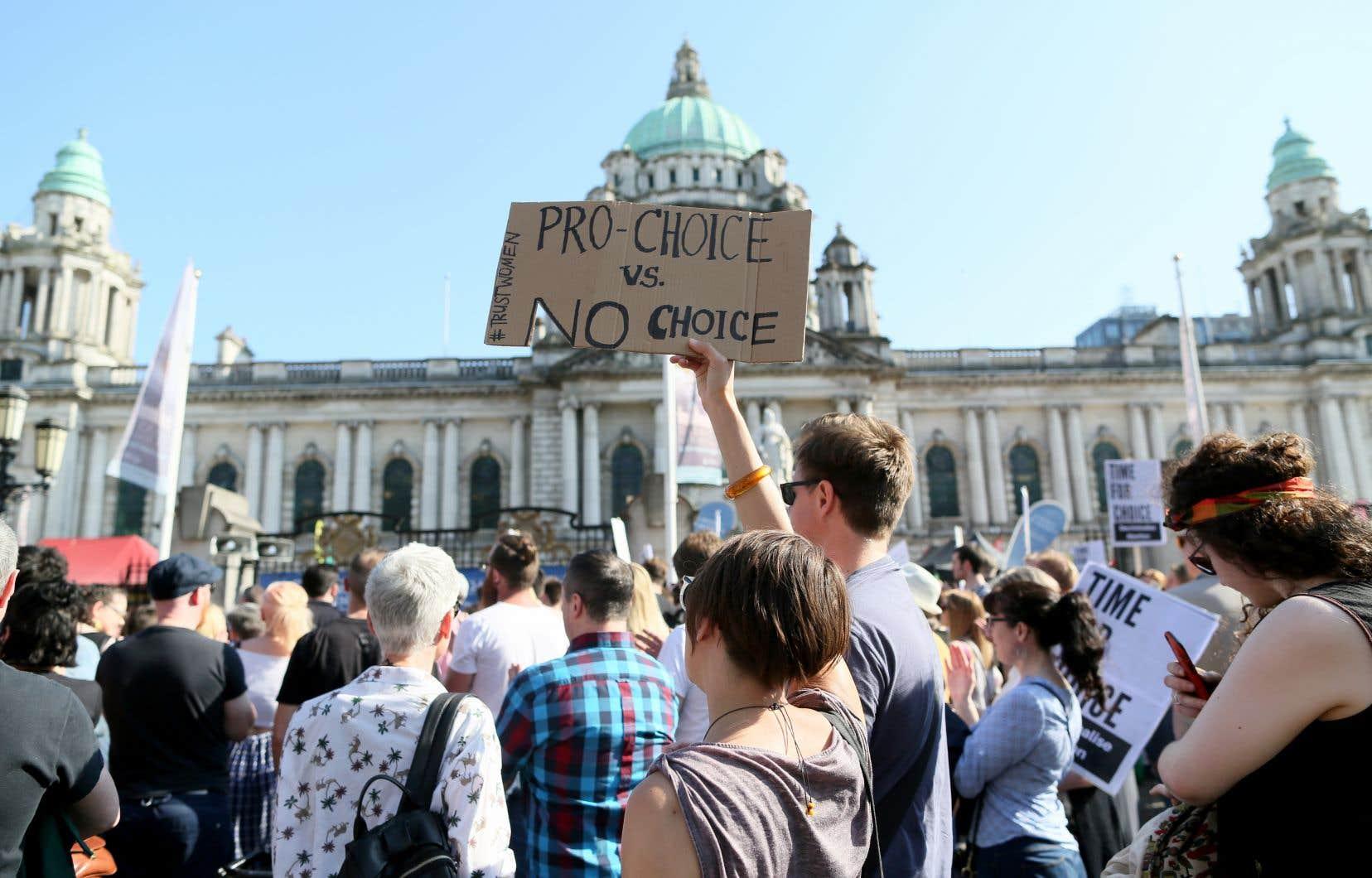 Des militants pro-choix ont manifesté à Belfast pour réclamer l'abrogation des dispositions spécifiques à l'Irlande du Nord.