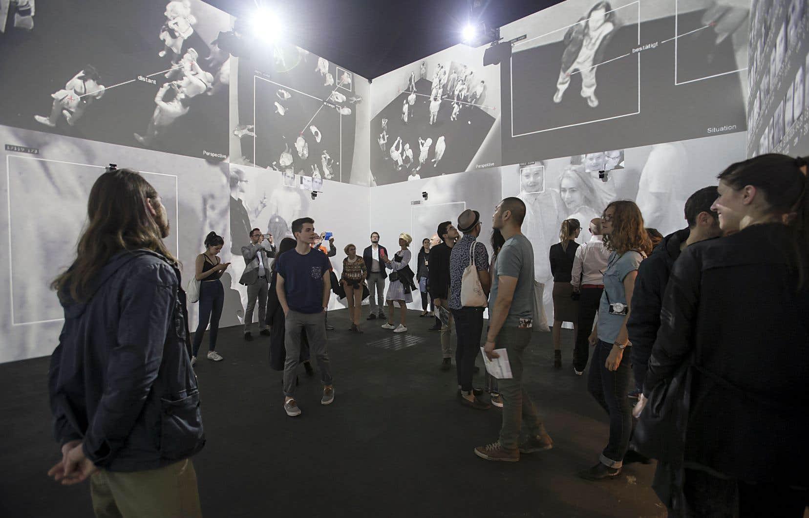 Rafael Lozano-Hemmer (en collaboration avec Krzysztof Wodiczko), «Zoom Pavilion», 2015. Vue de l'installation au Art Basel Unlimited – Art Basel 47, à Bâle, en Suisse.