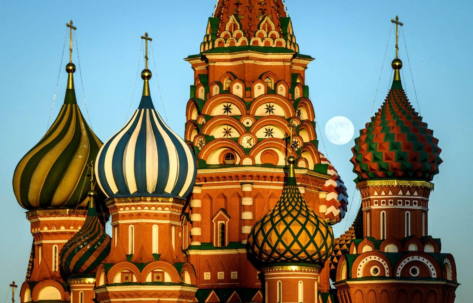 La cathédrale Saint-Basile sur la place Rouge à Moscou