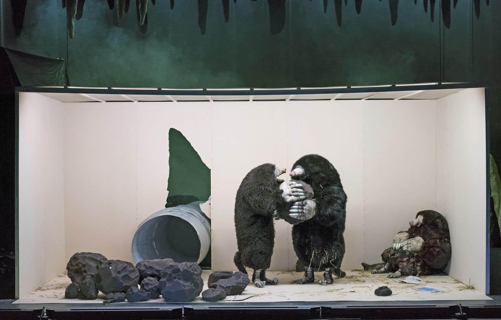 On sent qu'il y a davantage au travail de Philippe Quesne que la rigolade suscitée par ces taupes rigolotes et maladroites.