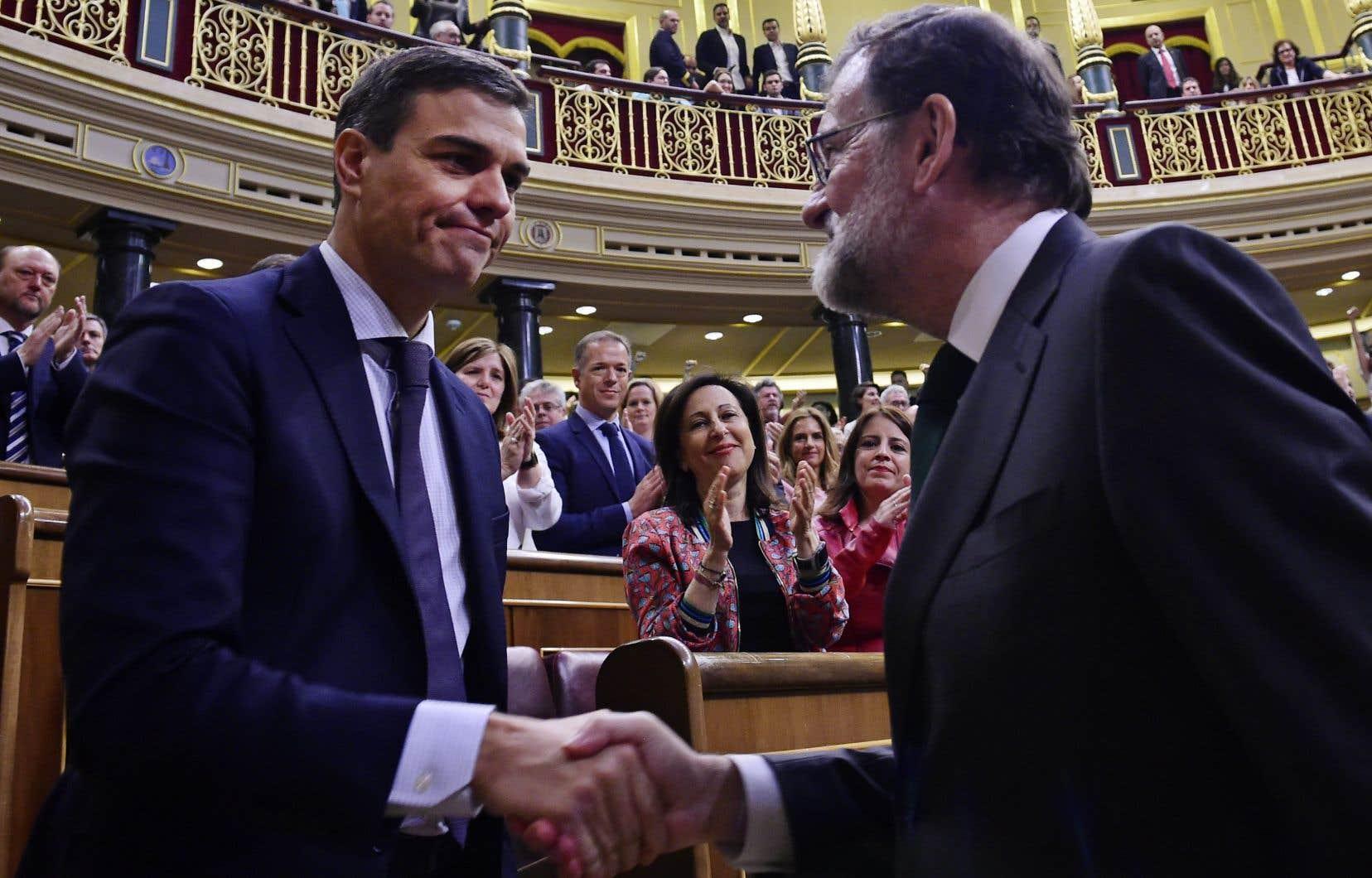 Pedro Sánchez (à gauche) serre la main de Mariano Rajoy.