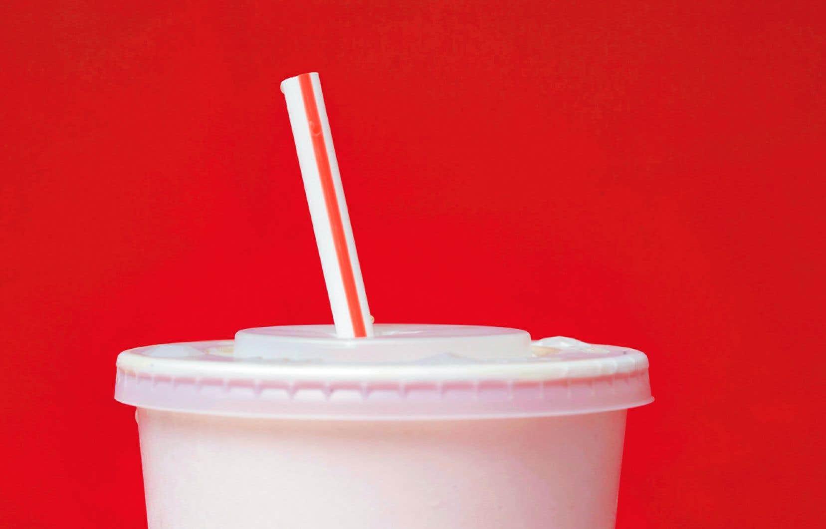 Les 1300 McDo du Royaume-Uni ont commencé en mai la distribution de tubes de remplacement en papier, et encore, uniquement aux clients qui demandent une paille.