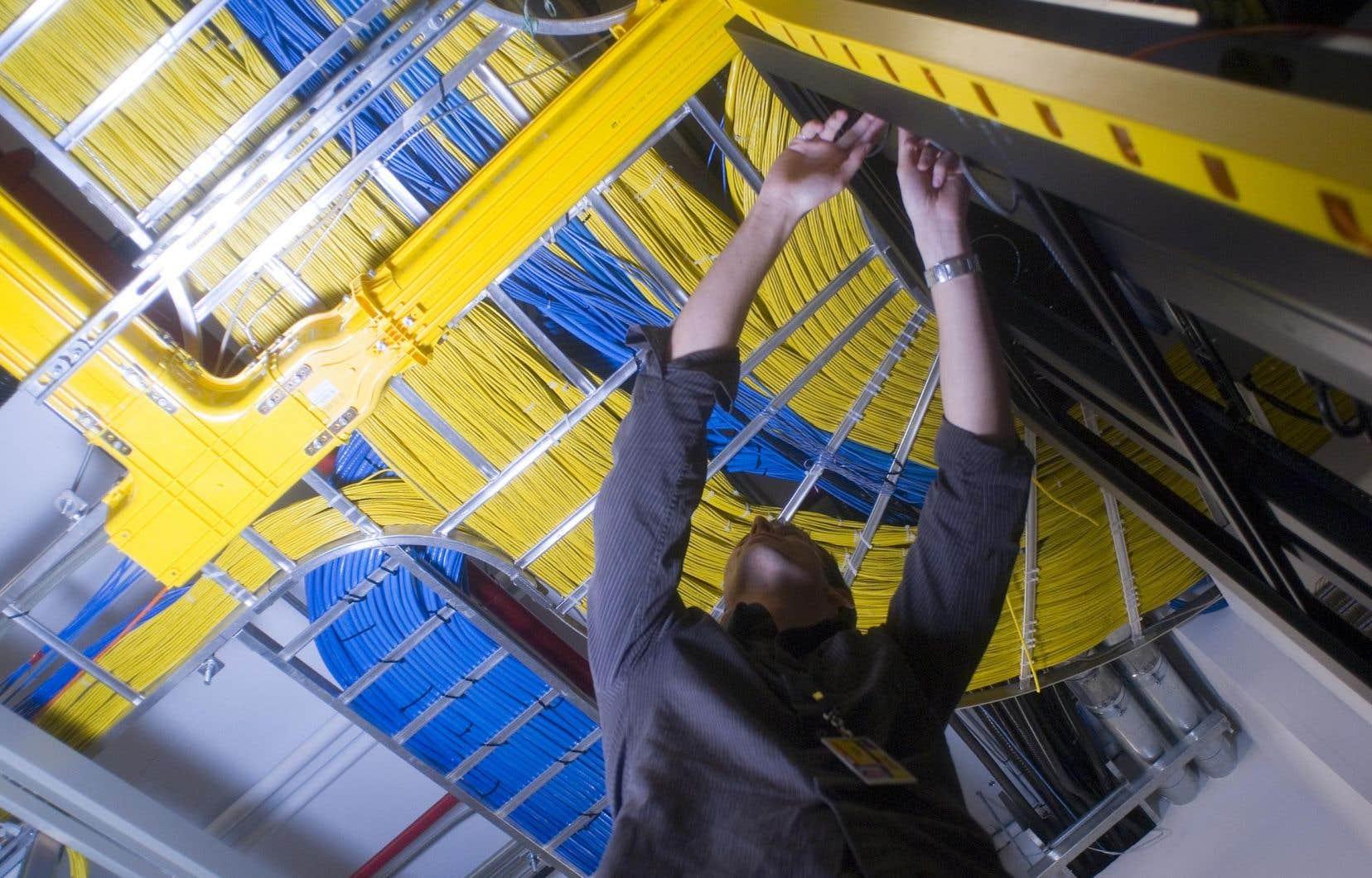 Québecor a salué le rapport du CRTC, sans toutefois commenter précisément la proposition sur les FAI. En photo, un technicien de Vidéotron travaille sur les serveurs de l'entreprise.