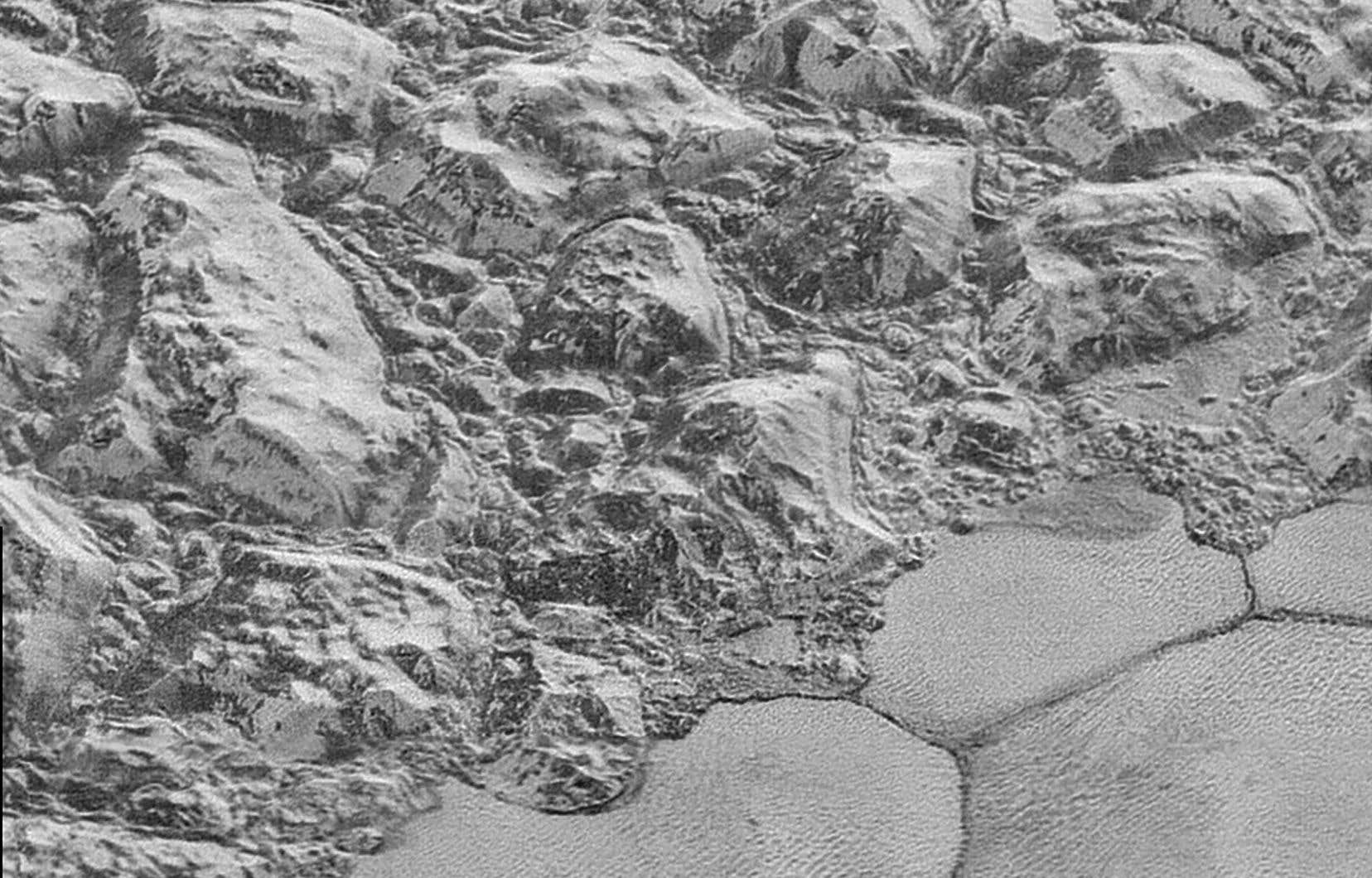 L'un des clichés pris par la sonde «New Horizons», qui ont permis à l'équipe de chercheurs de découvrir des dunes près d'une chaîne de montagnes.