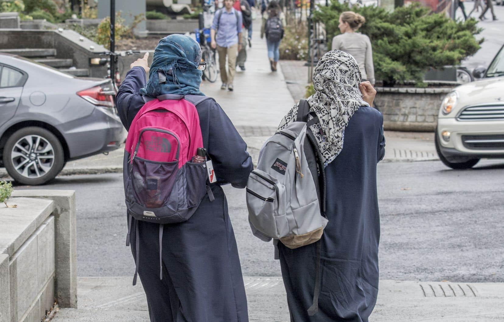«Réduits à des enjeux électoraux, les musulmans, les immigrants, les réfugiés et les femmes voilées deviennent tantôt des nuisances, tantôt des votes opportuns. Or pendant que le voile déchaîne les passions, des coupes budgétaires récurrentes affaiblissent la qualité de l'éducation, le réseau de la santé et la culture.»