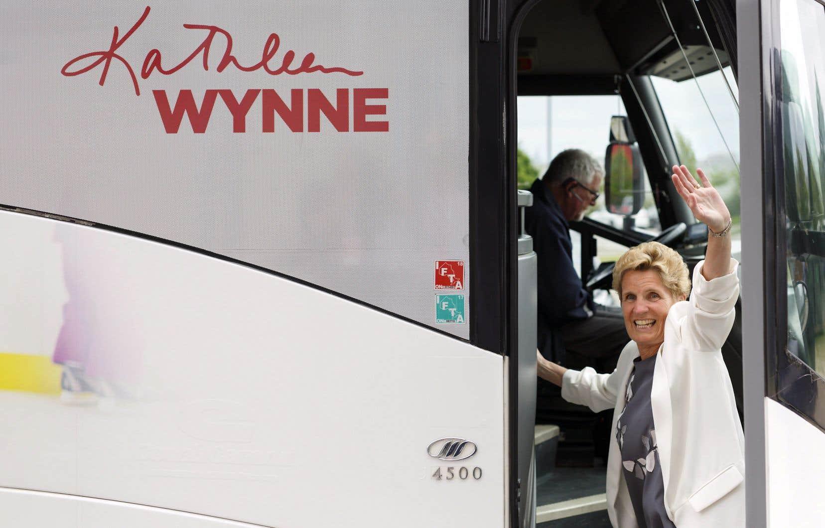 La chef libérale Kathleen Wynne montant à bord de son autocar de campagne dimanche