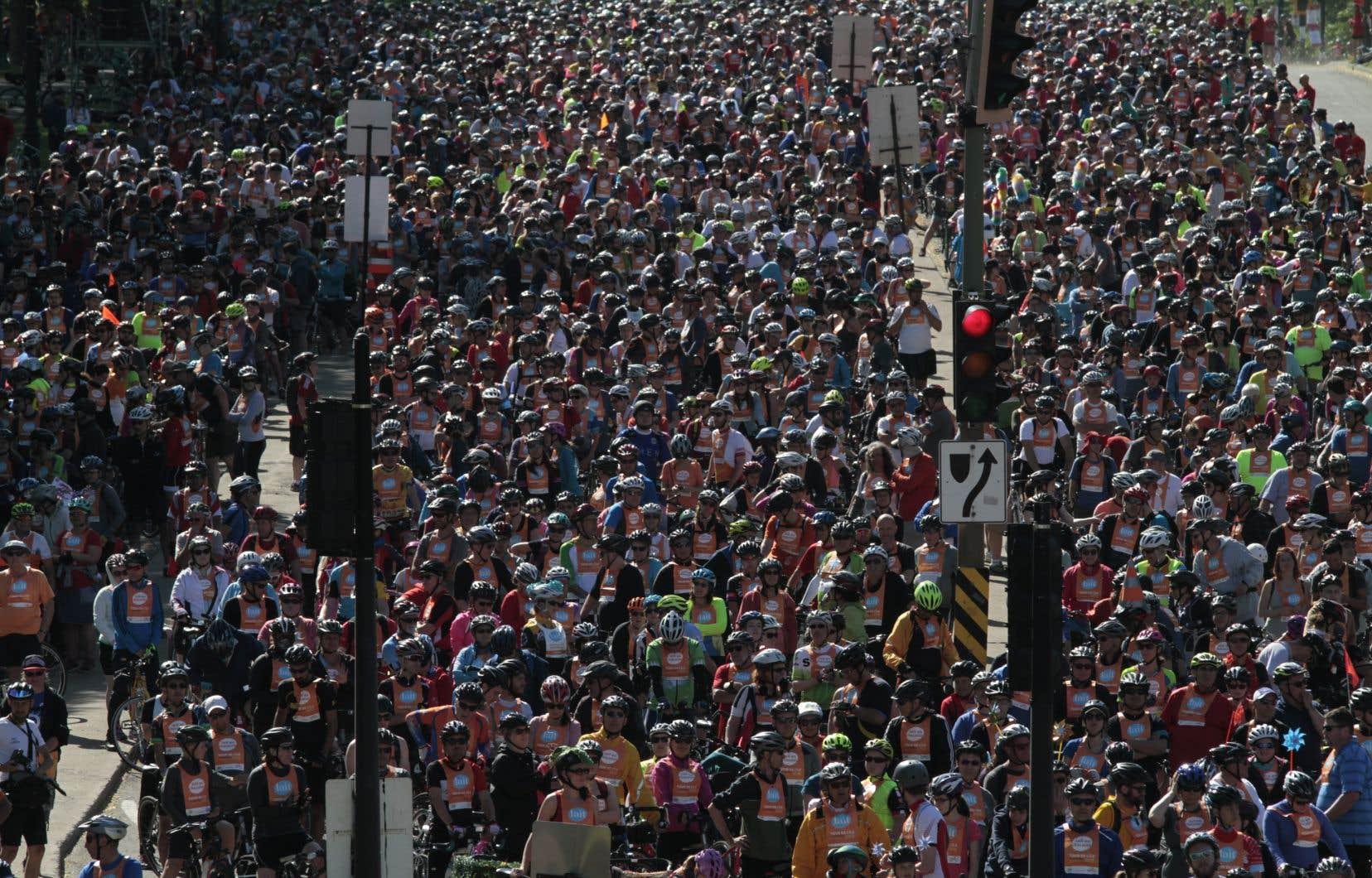 Des milliers de participants sont rassemblés au coin des rues du Parc et Mont-Royal, dimanche, au départ du Tour de l'île.