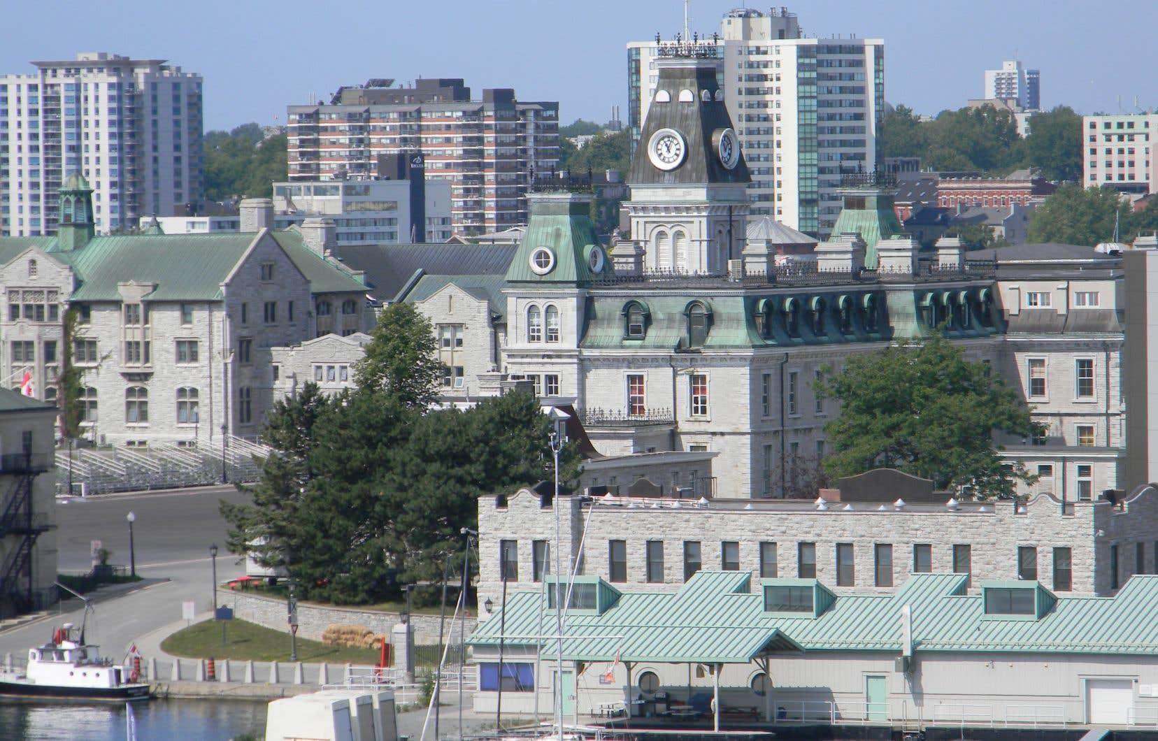 Le collège militaire royal est situé à Kingston en Ontario.