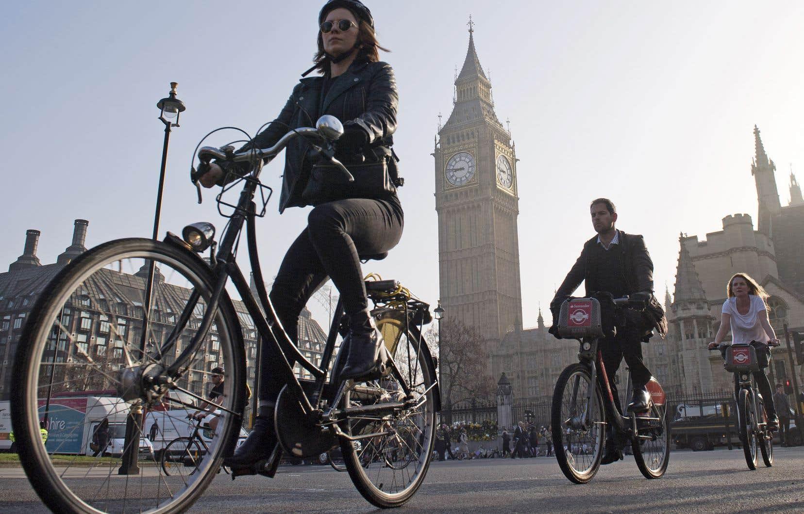 Depuis l'implantation de voies cyclables rapides et protégées, on parle d'une augmentation de 70% du nombre de cyclistes dans certains secteurs de la capitale britannique.