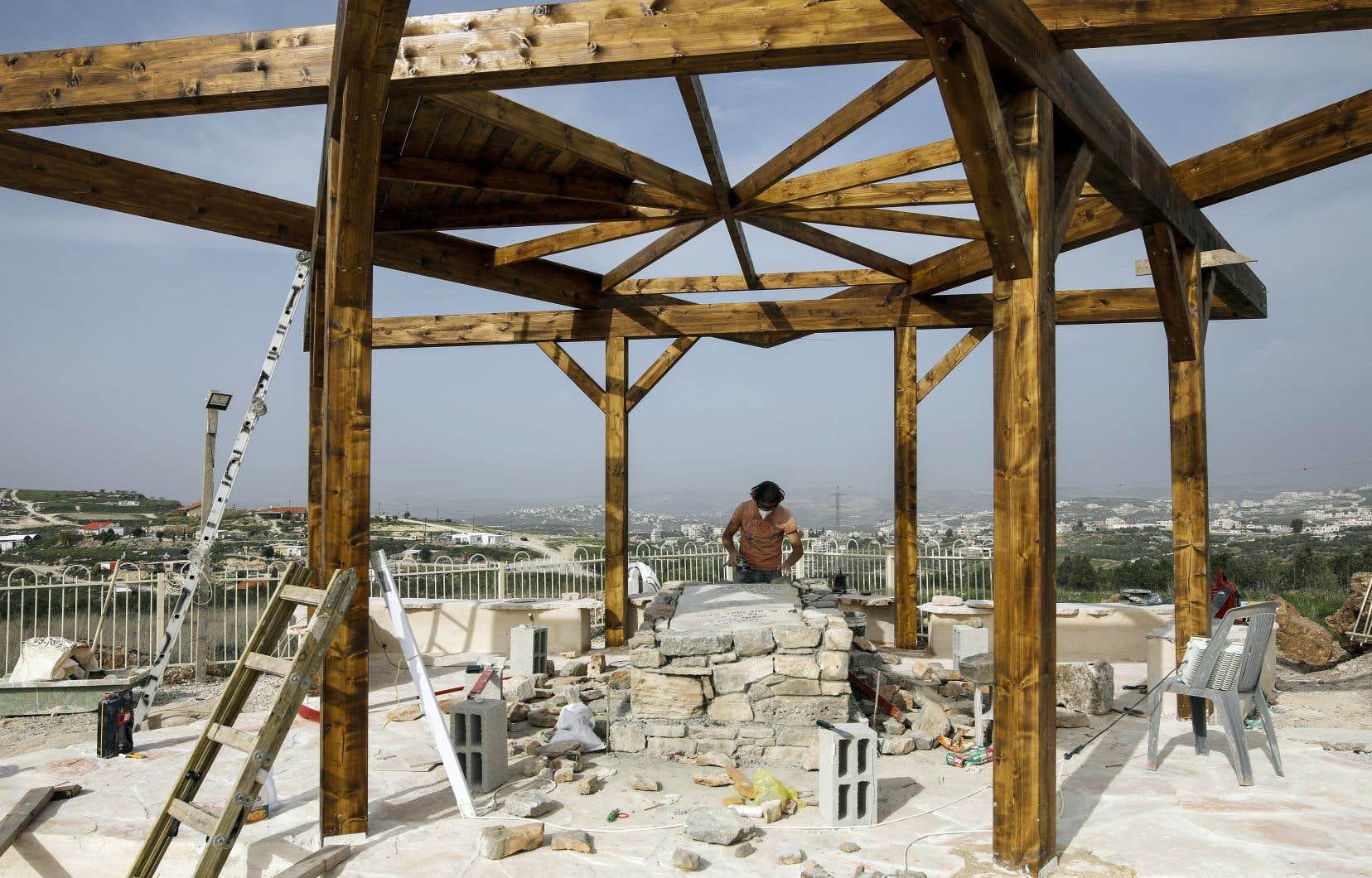 Un colon israélien travaille au mausolée d'un rabbin, dans la colonie illégale de Havat Gilad, en Cisjordanie.
